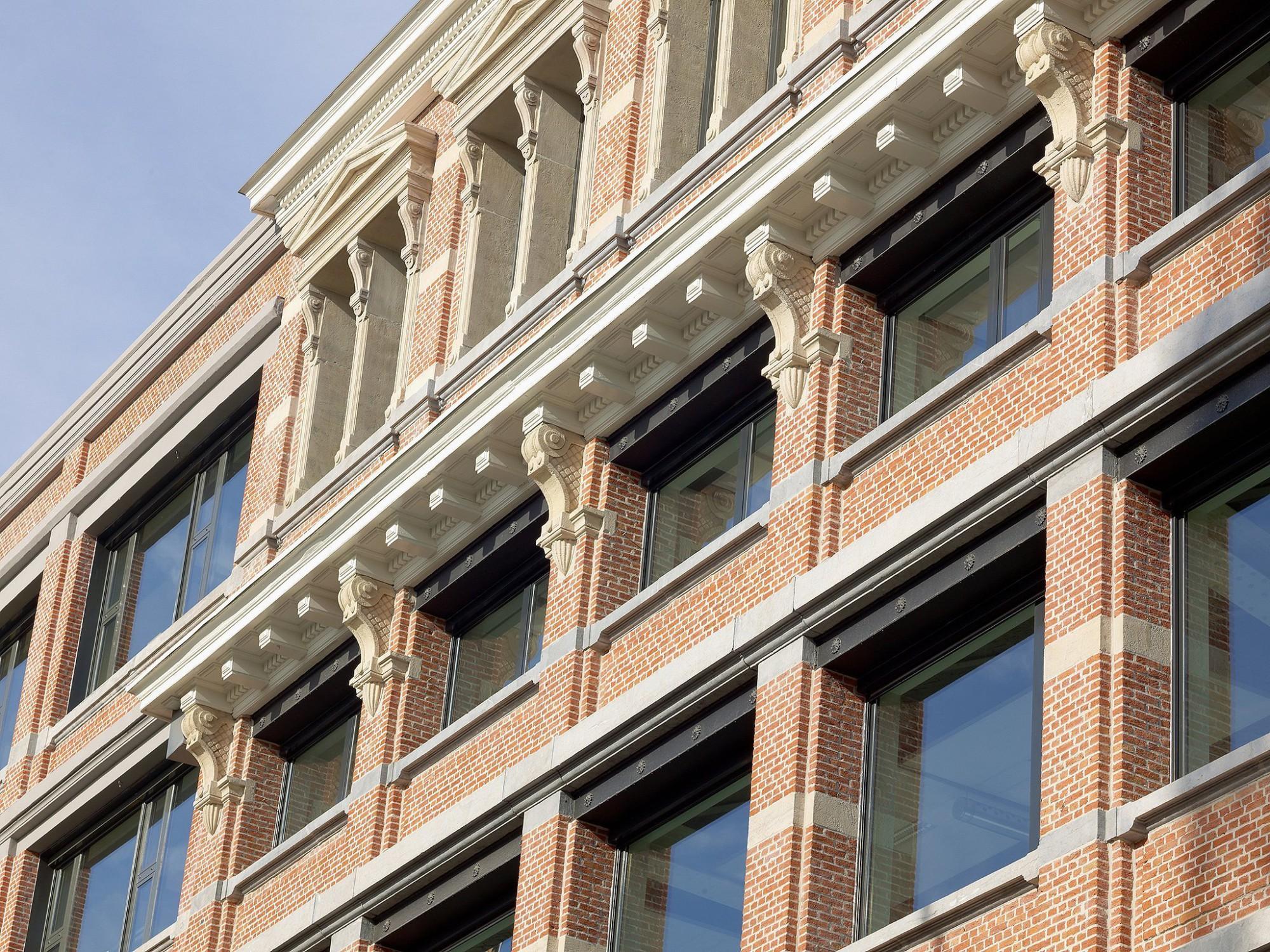 Afbeelding: Architectuur fotografie, gevel renovatie kantoorgebouw voor stad Antwerpen, voor groep Van Roey.