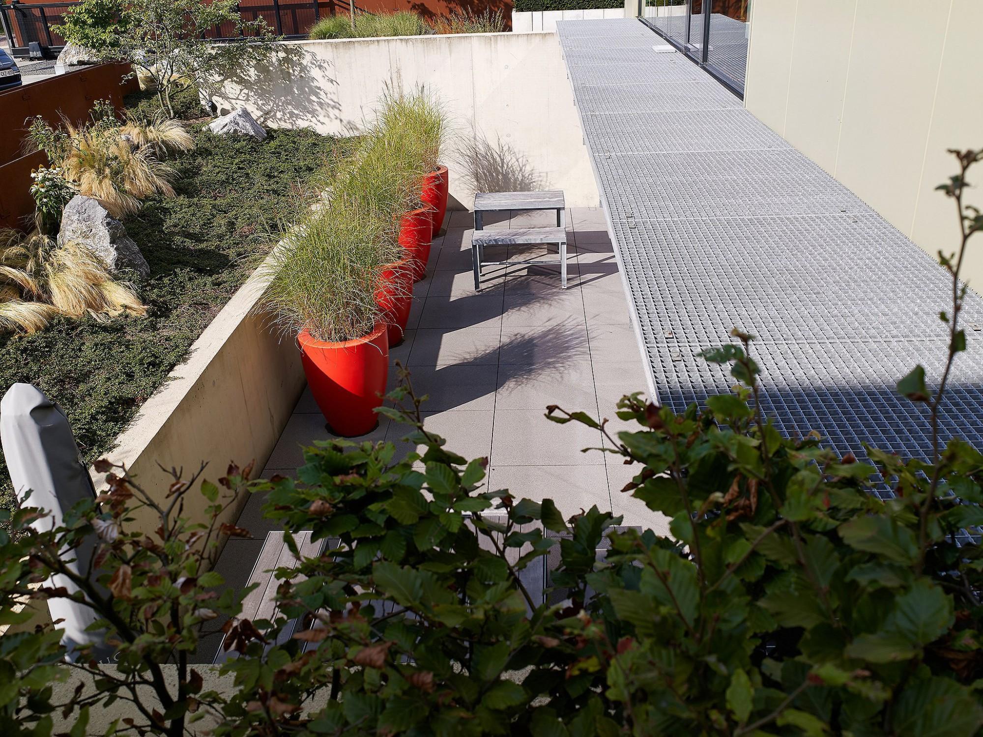 Afbeelding: Fotografie tuin en tegels rond kantoor gebouw te Mol, terrastegels Stone&Style, foto Van Huffel.