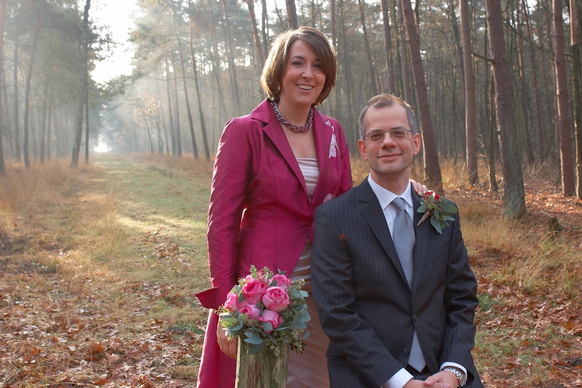 Afbeelding: Huwelijksreportages met stijl, voor een blijvende herinnering, foto Van Huffel, het paar in het mooie herfstlicht.