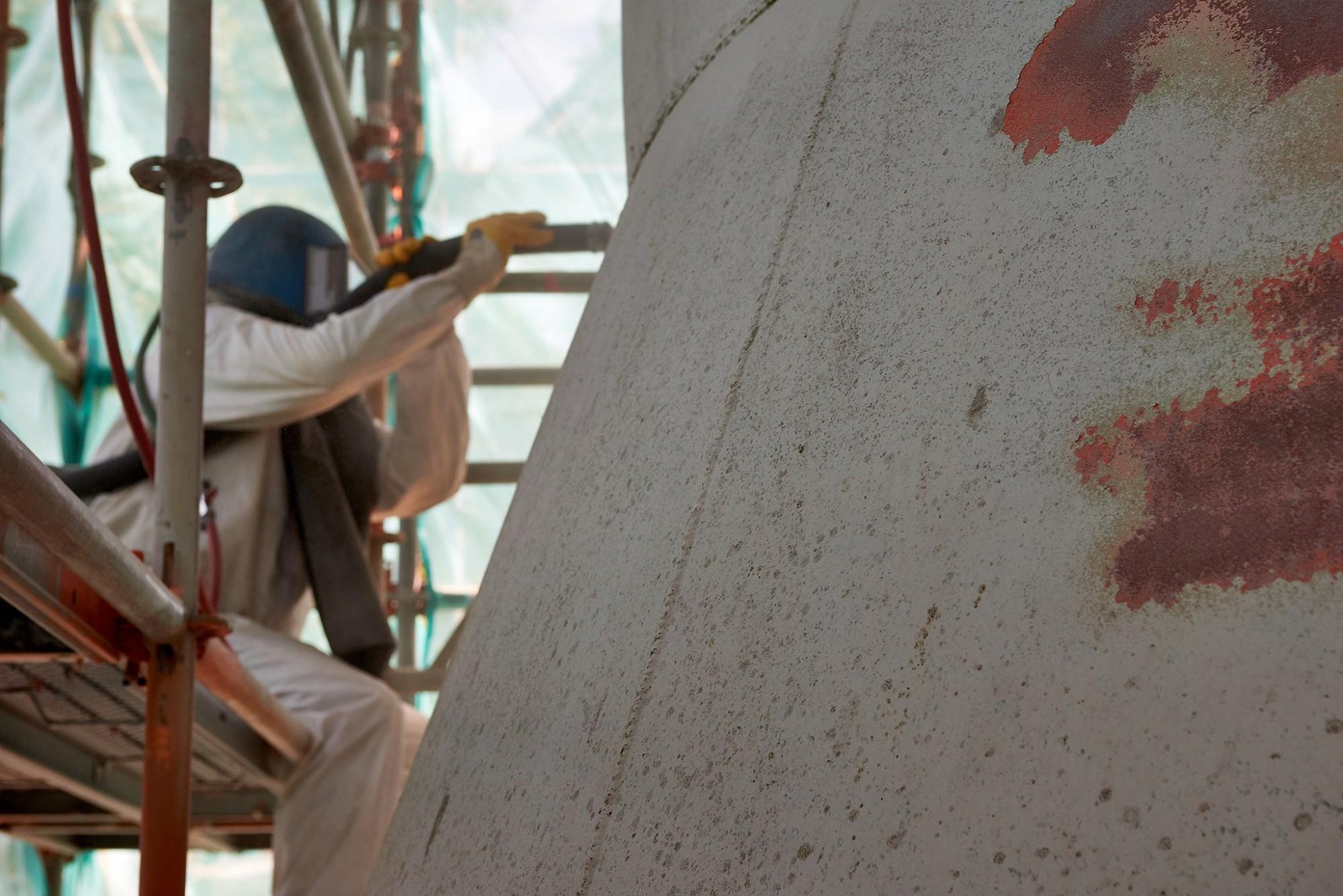 Afbeelding: Industriële fotografie voor AIS, zandstralen van een watertoren.