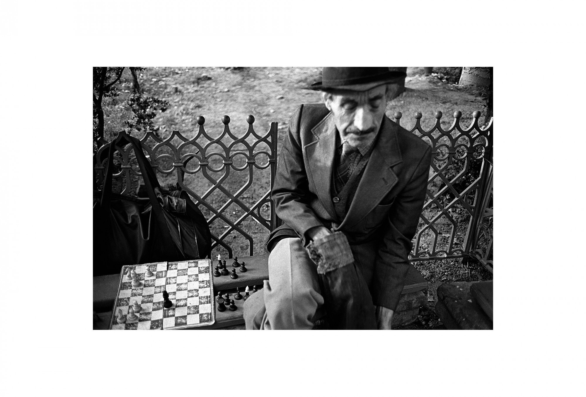 Afbeelding: Fotokunst Dominique Van Huffel, uit de reeks: Waar de sterre bleef stille staan. De schaakspeler, Roemenië.