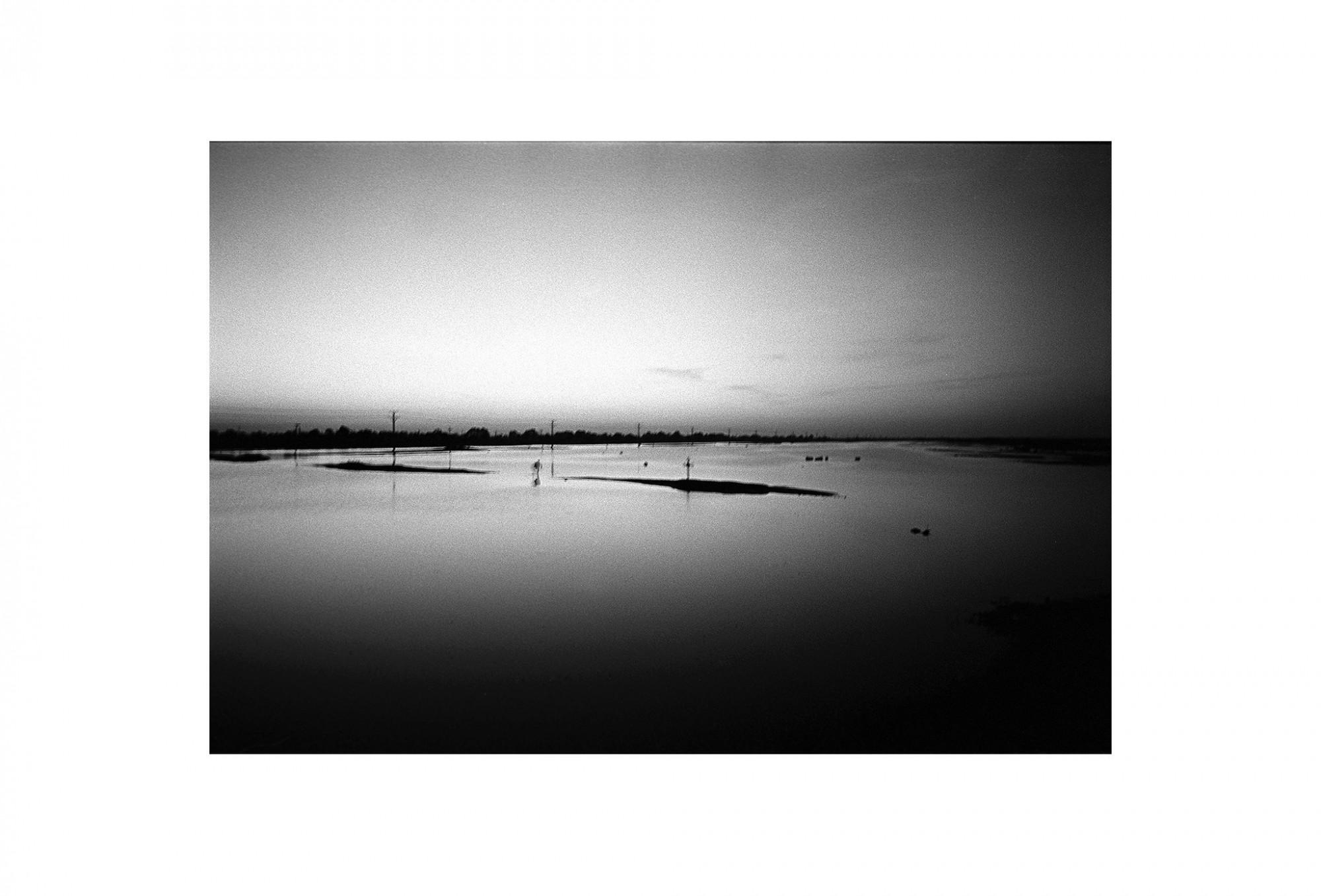 Afbeelding: Fotokunst Dominique Van Huffel, uit de reeks: Waar de sterre bleef stille staan. Donau delta man, Roemenië.
