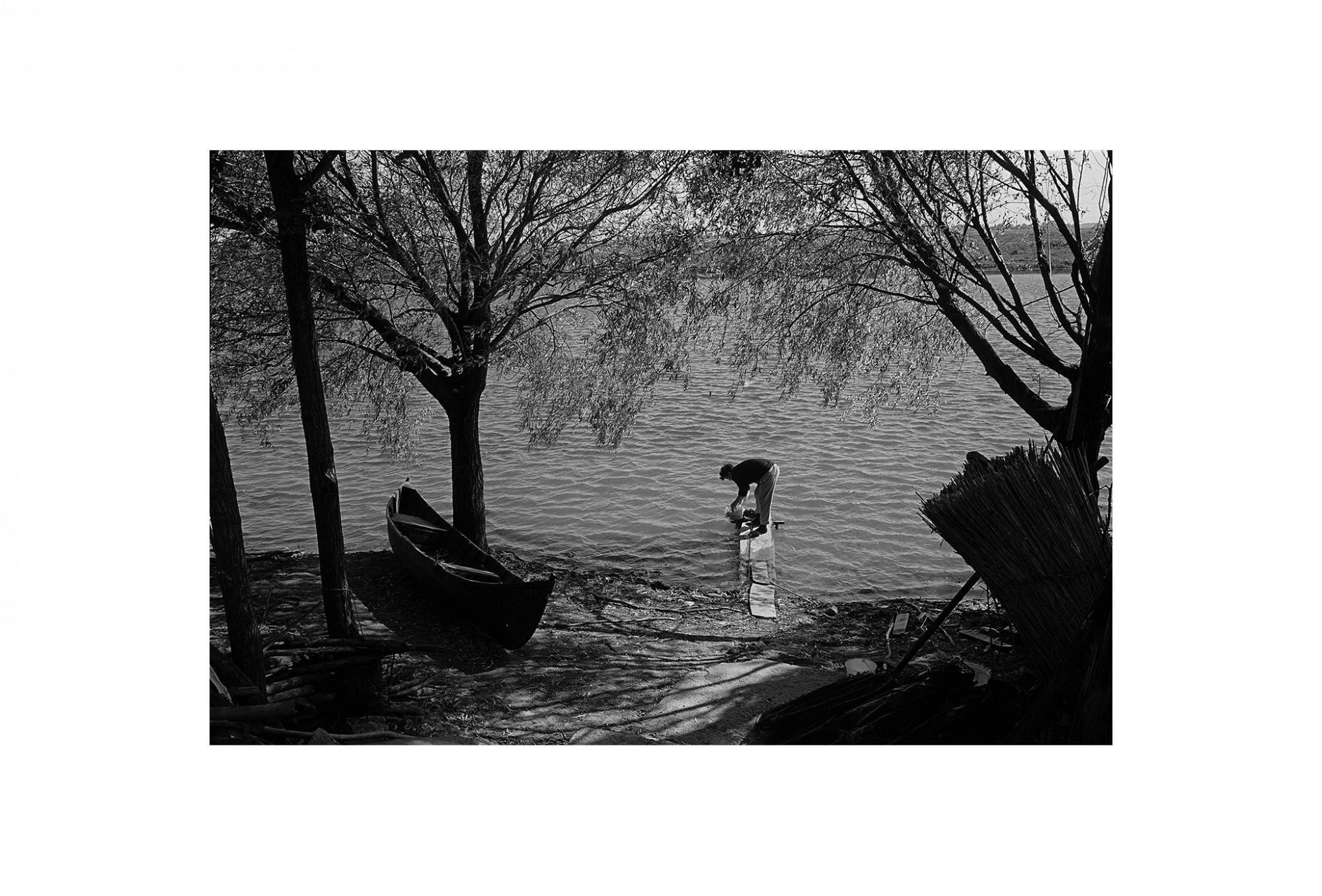 Afbeelding: Fotokunst Dominique Van Huffel, uit de reeks: Waar de sterre bleef stille staan. Milo 23, Roemenië.