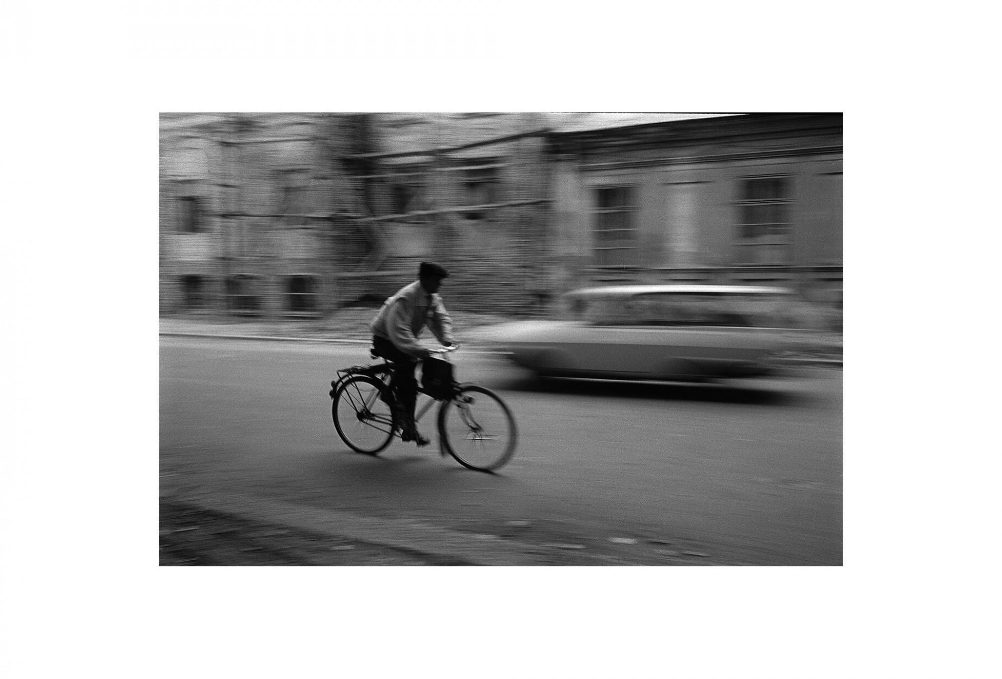 Afbeelding: Fotokunst Dominique Van Huffel, uit de reeks: Waar de sterre bleef stille staan. Fietser, Roemenië.
