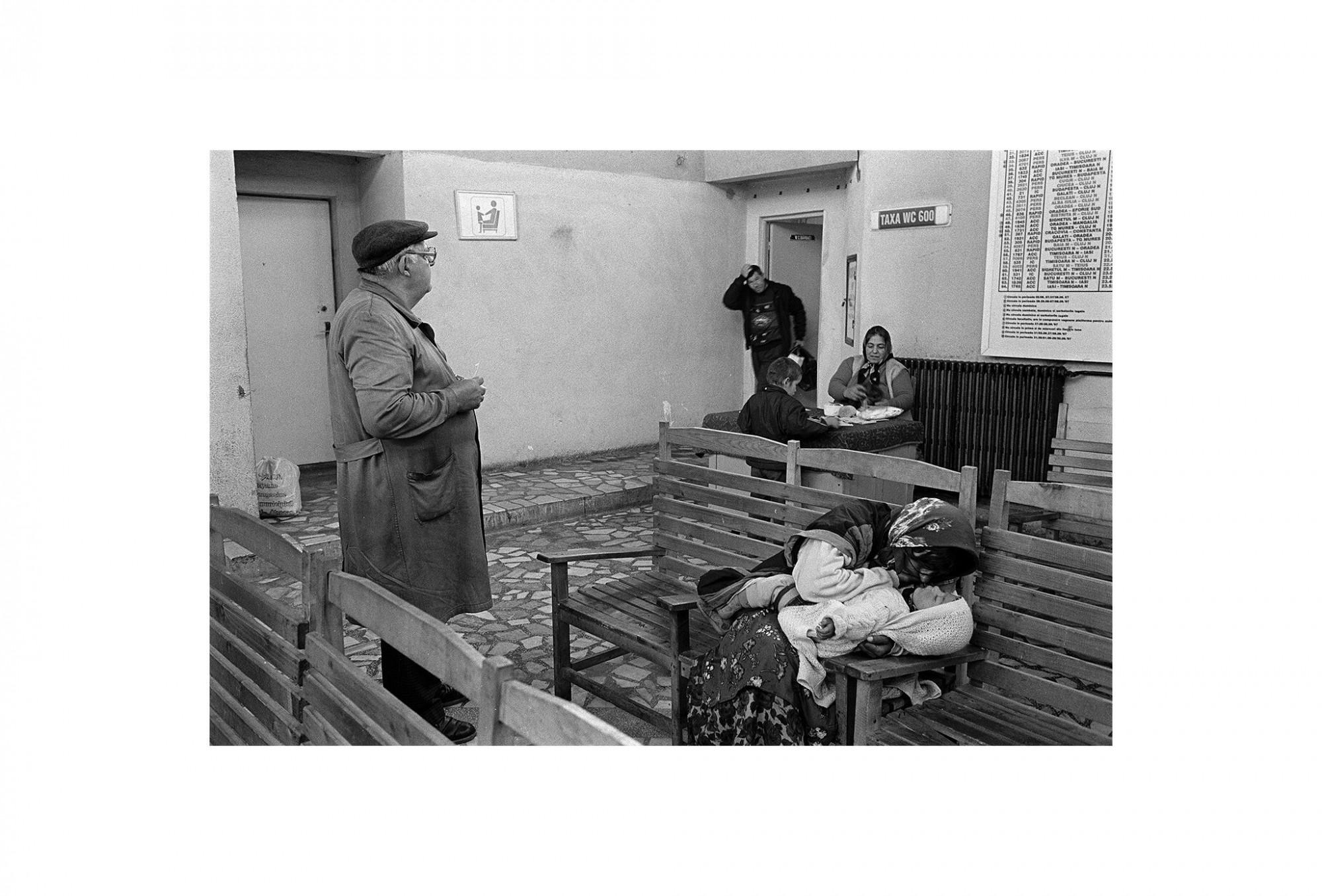Afbeelding: Fotokunst Dominique Van Huffel, uit de reeks: Waar de sterre bleef stille staan. De wachtzaal, Roemenië.
