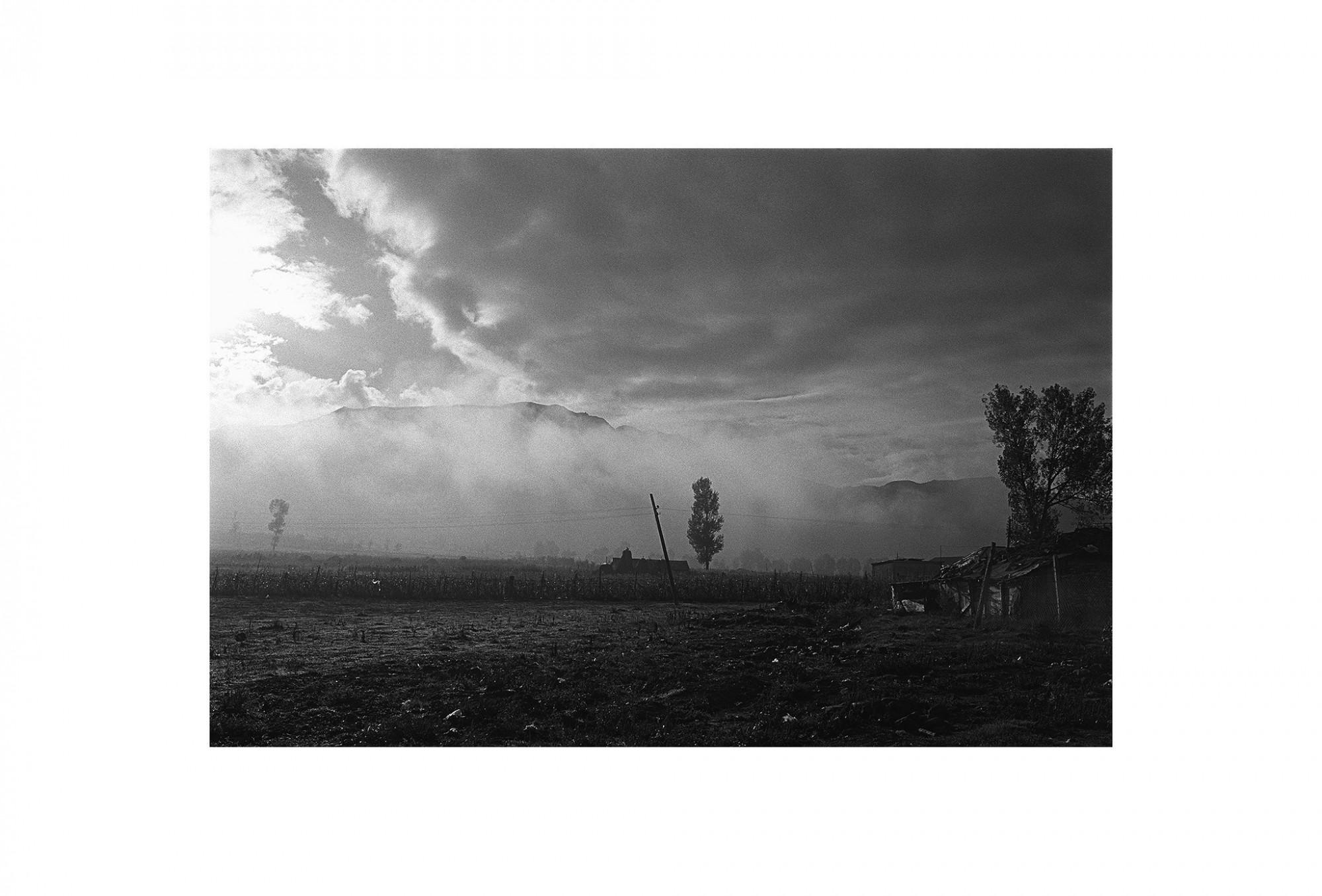 Afbeelding: Fotokunst Dominique Van Huffel, uit de reeks: Waar de sterre bleef stille staan. Waar de wolken drijven, Albanië.