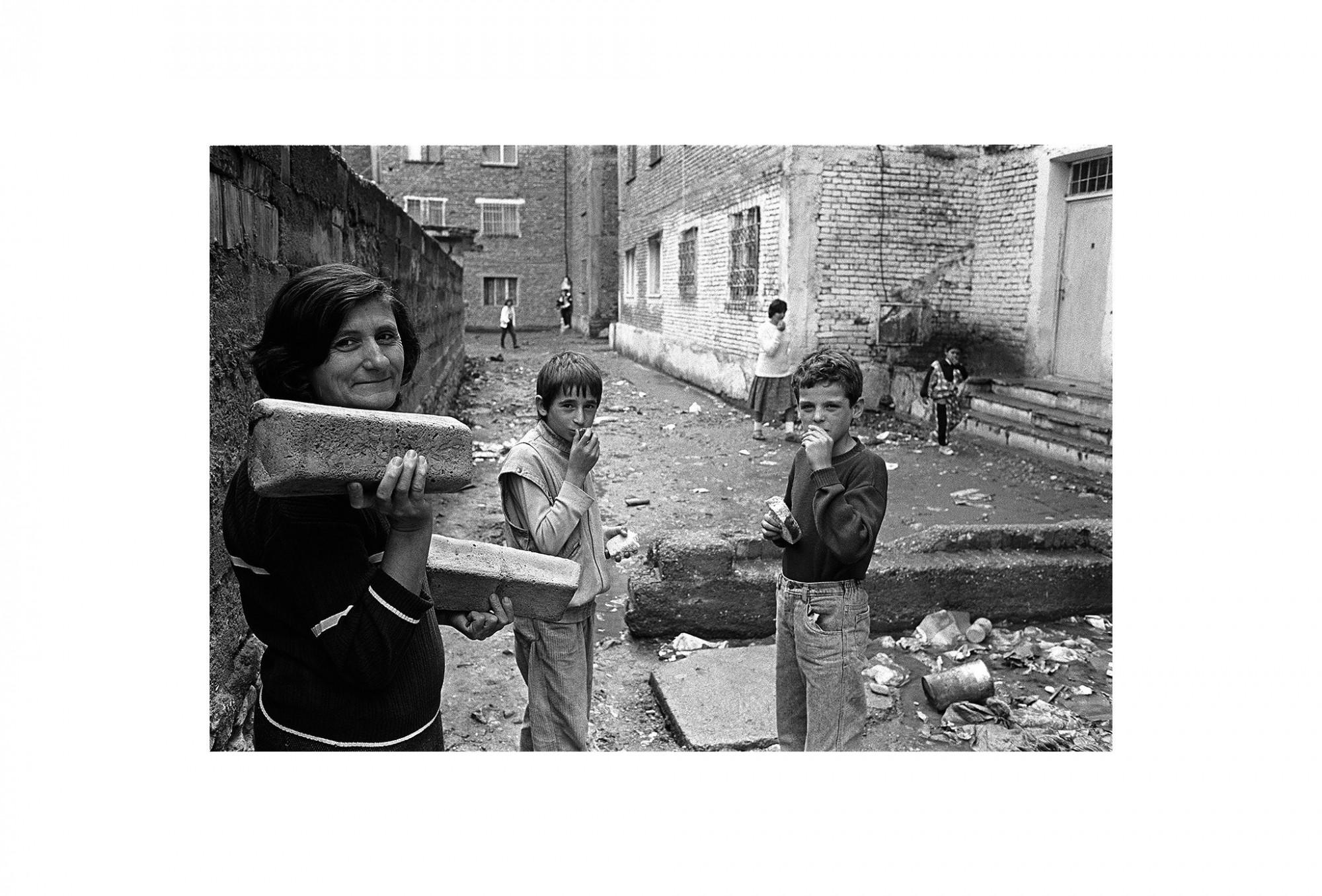 Afbeelding: Fotokunst Dominique Van Huffel, uit de reeks: Waar de sterre bleef stille staan. Brood, Albanië.