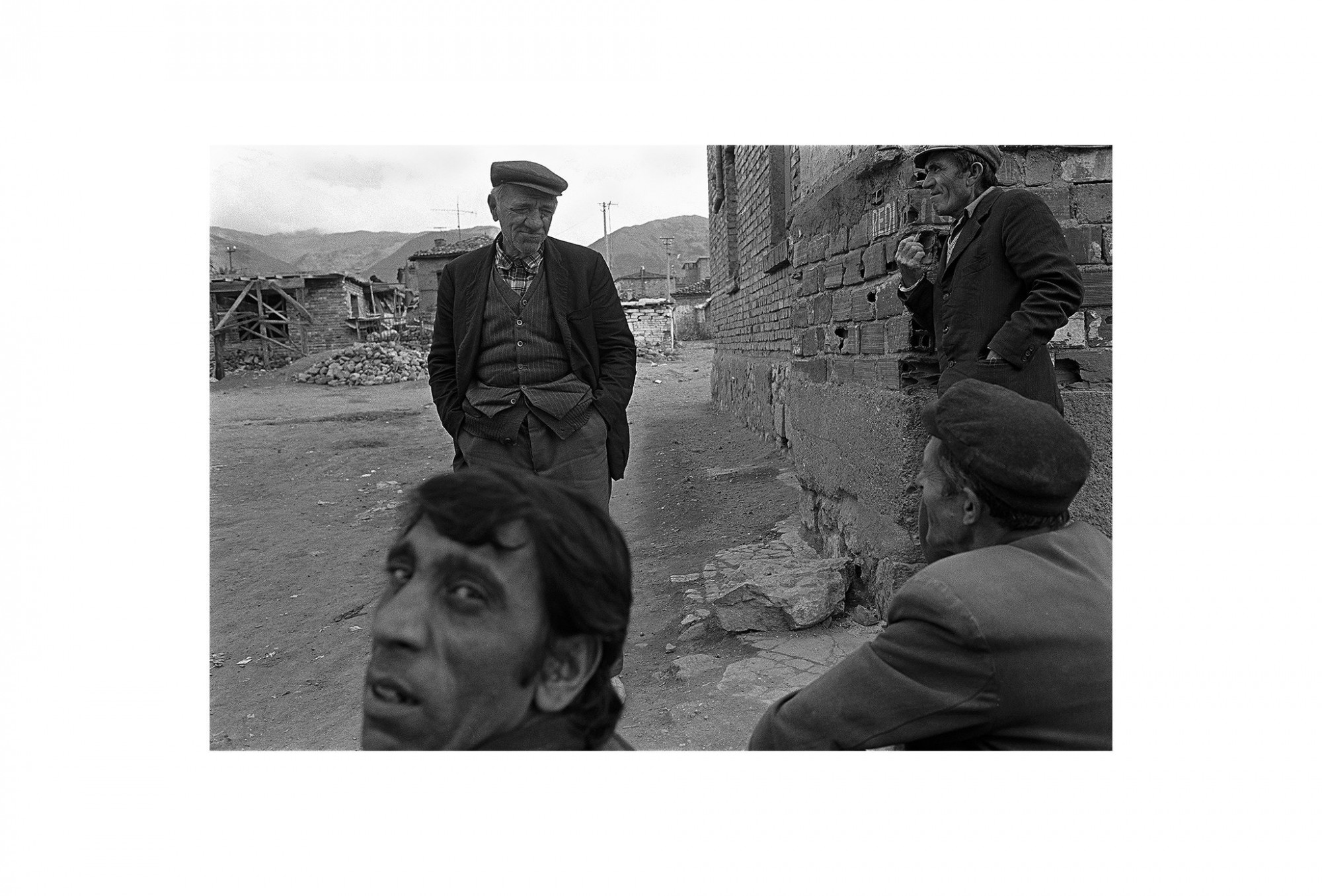 Afbeelding: Fotokunst Dominique Van Huffel, uit de reeks: Waar de sterre bleef stille staan. Zigeuners, Albanië.
