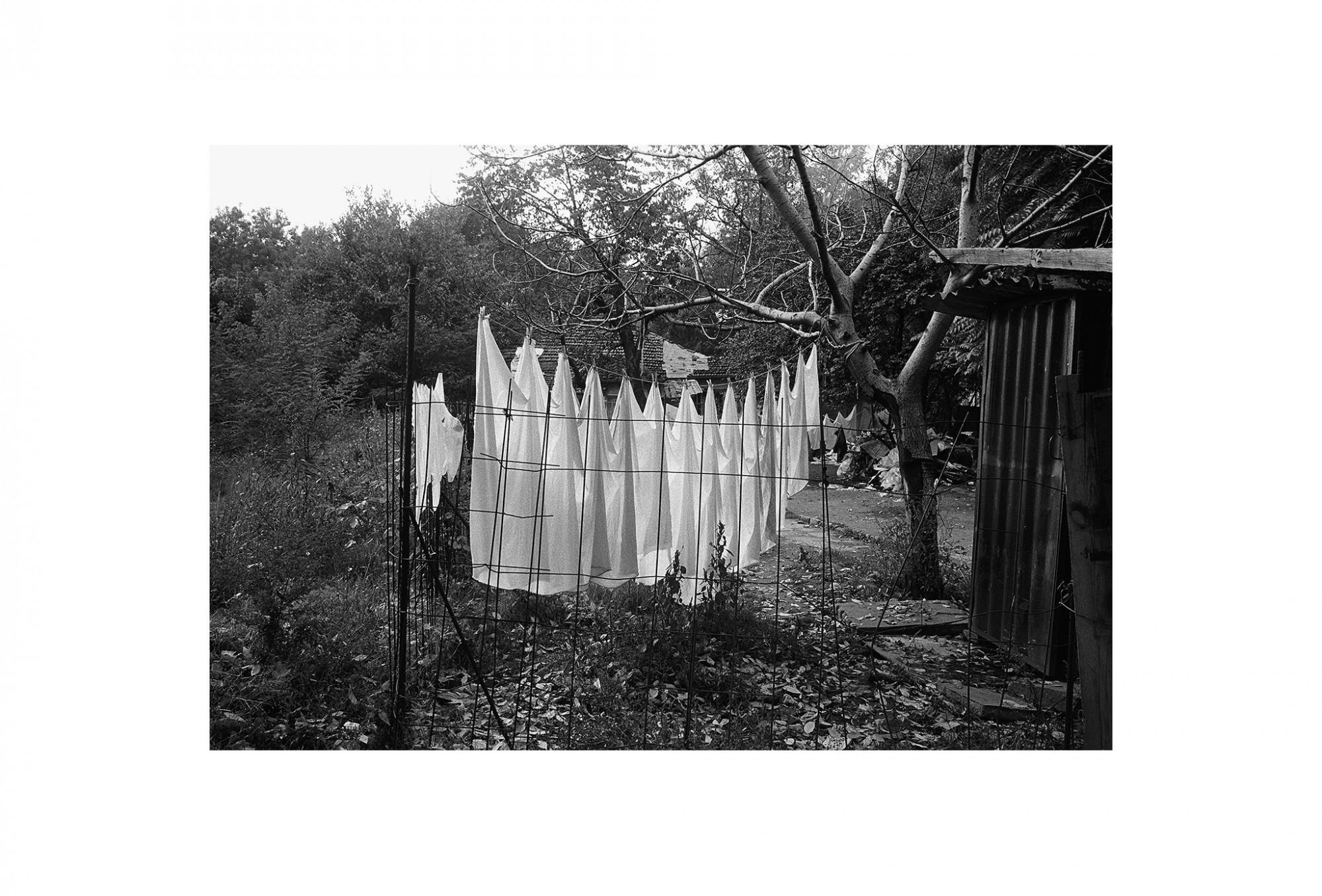Afbeelding: Fotokunst Dominique Van Huffel, uit de reeks: Waar de sterre bleef stille staan. De was uithangen, Bulgarije.