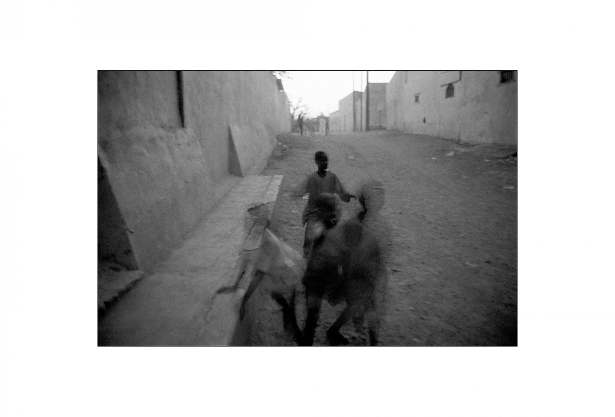 Afbeelding: Fotografie - Art, uit de reeks : De kleur van zwart.Senegal, 99-14-31, © Dominique Van Huffel.