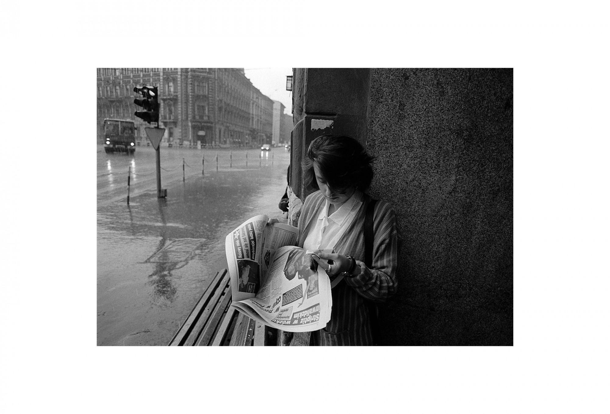 Afbeelding: Uit de reeks : Polen, een kast op glazen poten, 91-16-27, Krakow, © Dominique Van Huffel