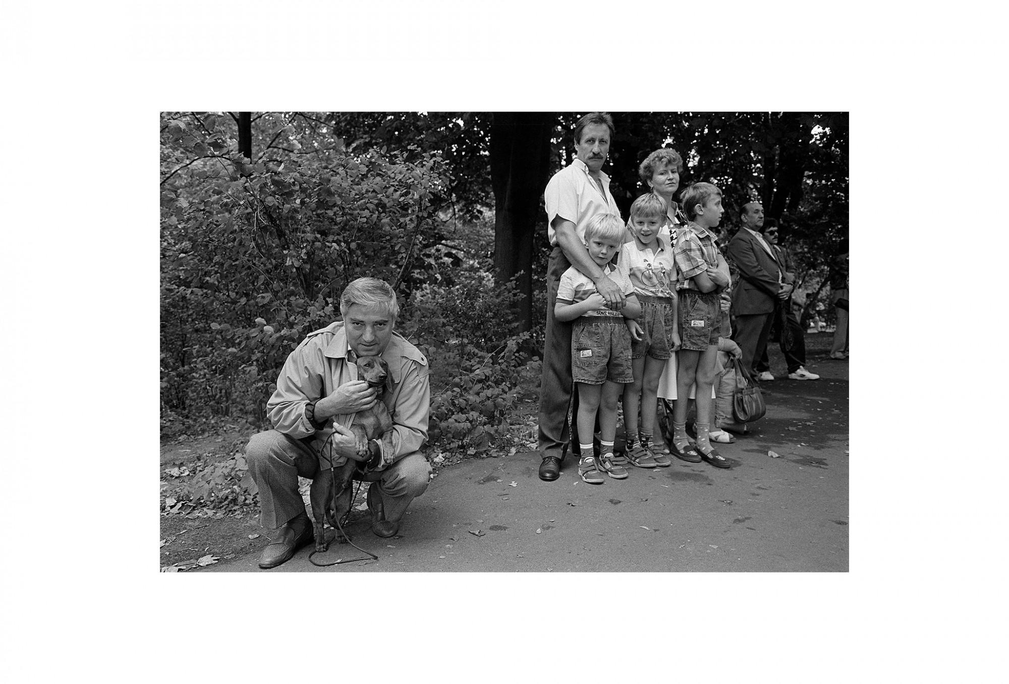 Afbeelding: Uit de reeks : Polen, een kast op glazen poten, 92-07-29, Czestochowa, © Dominique Van Huffel