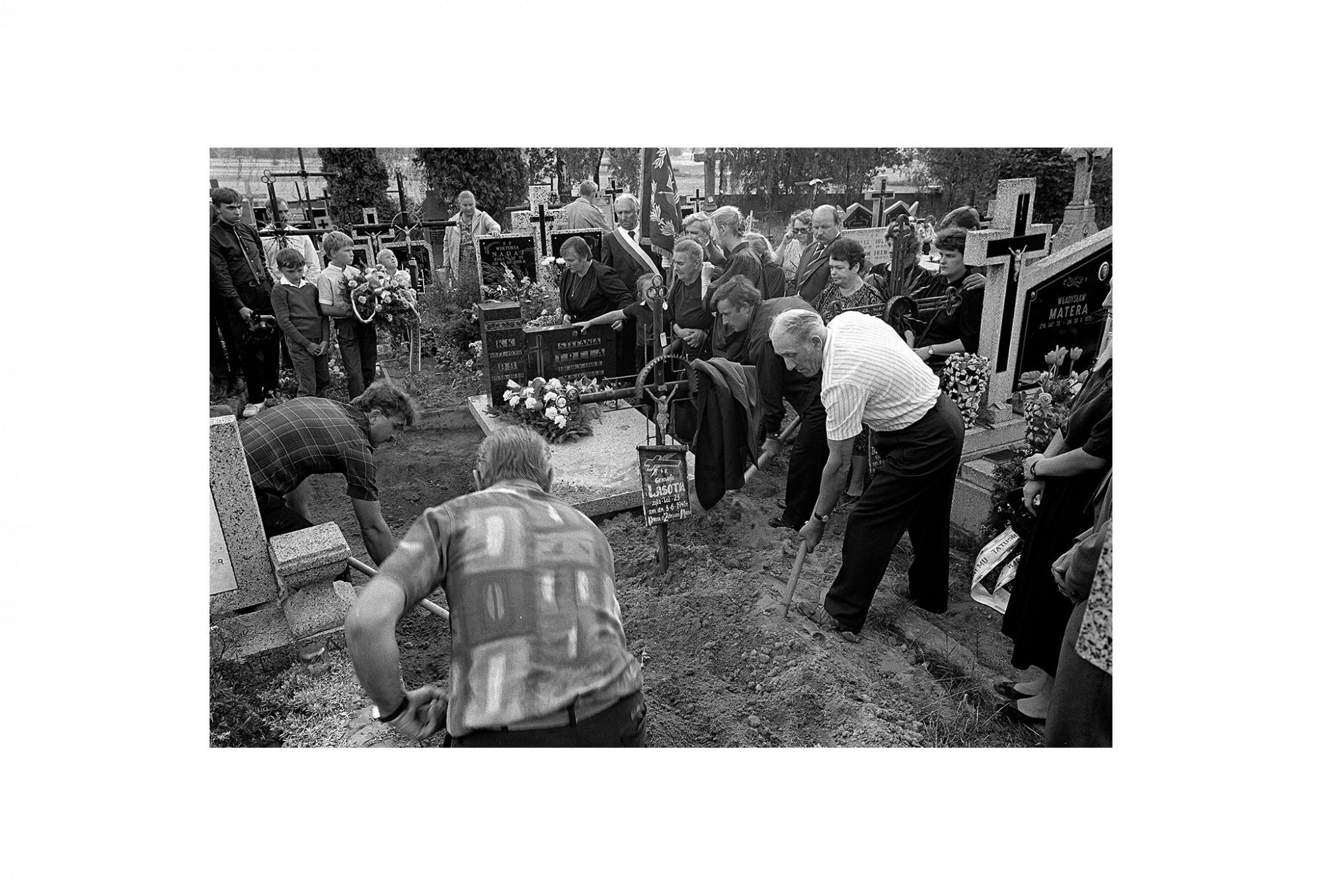 Afbeelding: Uit de reeks : Polen, een kast op glazen poten, 92-21-11, omgeving Lodz, © Dominique Van Huffel