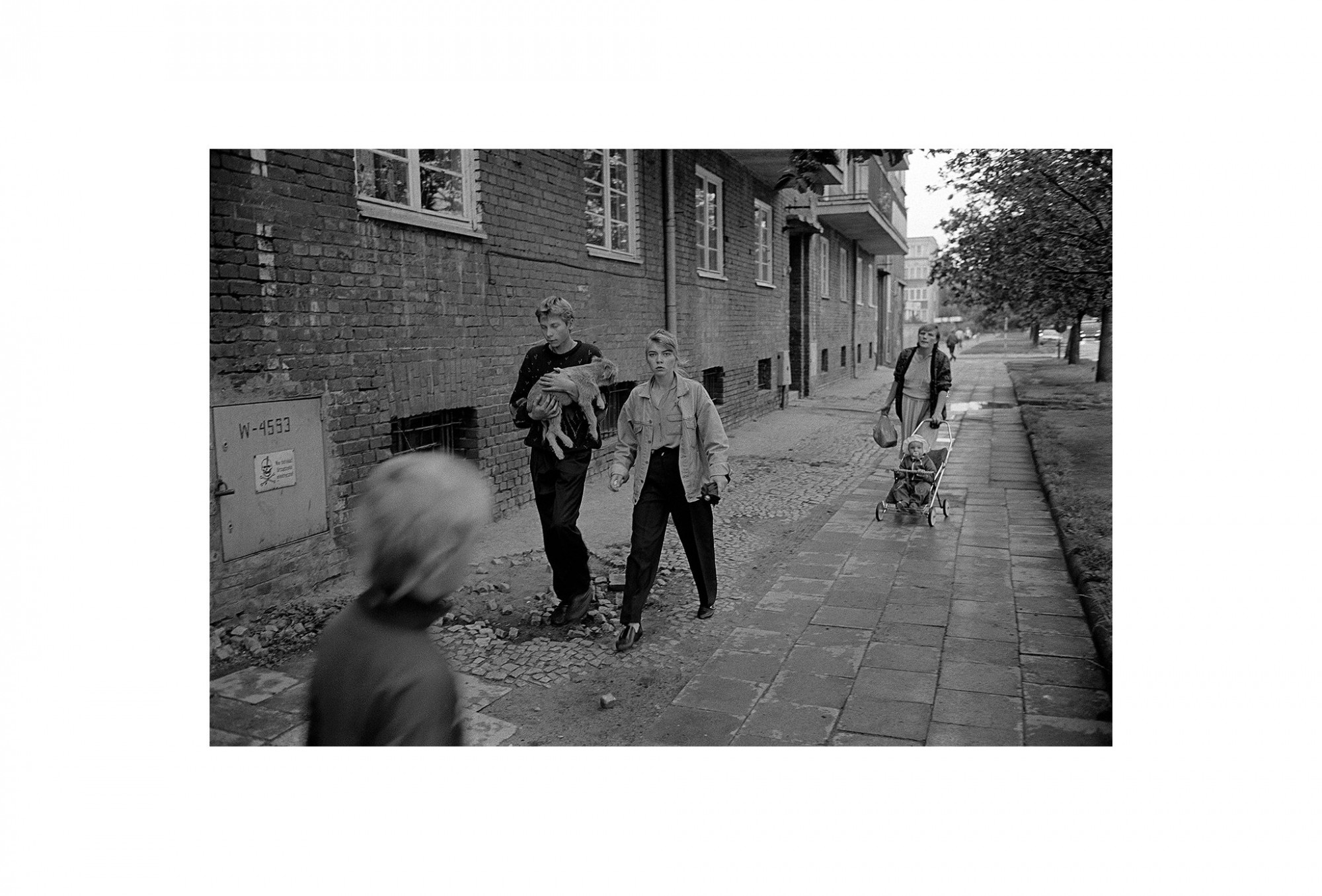 Afbeelding: Uit de reeks : Polen, een kast op glazen poten, 92-27-06, Gdansk,© Dominique Van Huffel.