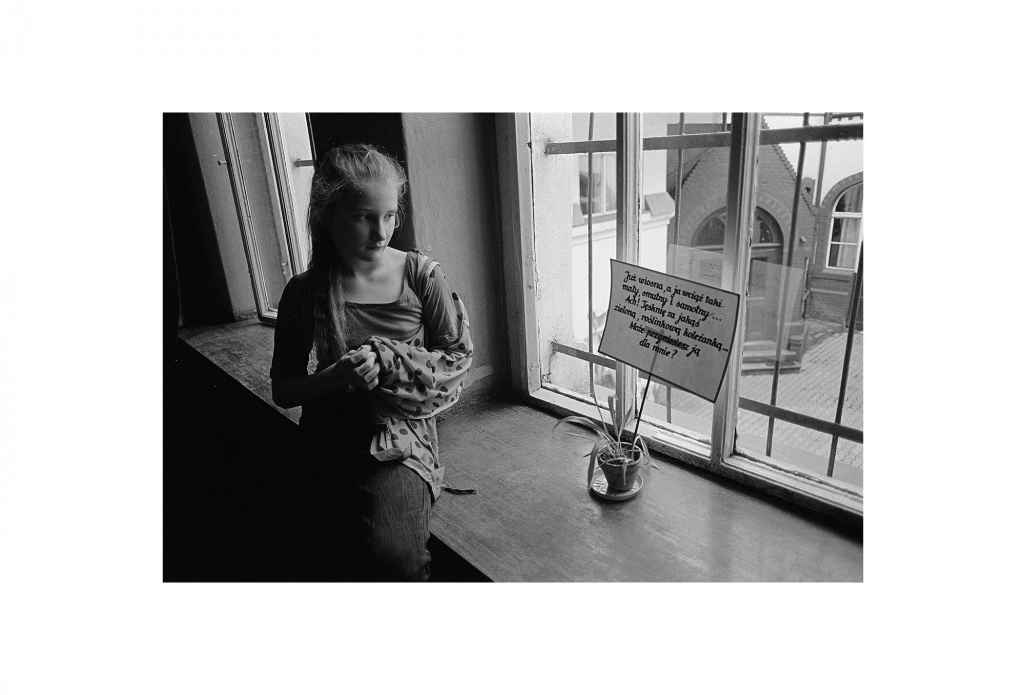 Afbeelding: Uit de reeks : Polen, een kast op glazen poten, 94-07-13, Wroclaw, © Dominique Van Huffel.