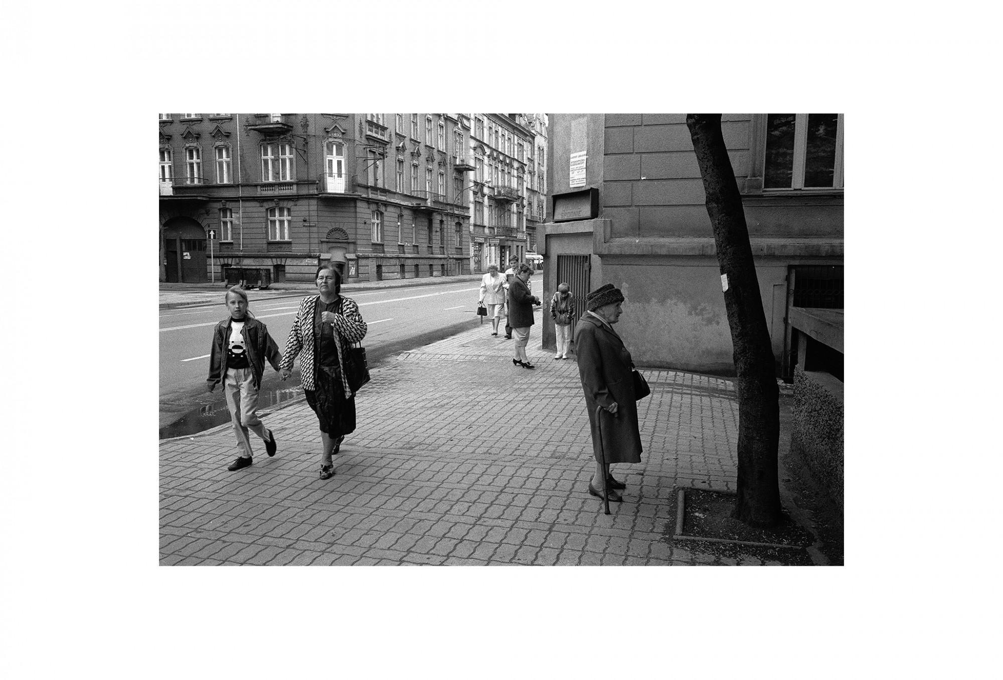 Afbeelding: Uit de reeks : Polen, een kast op glazen poten, 94-12-01, Katowice, © Dominique Van Huffel.