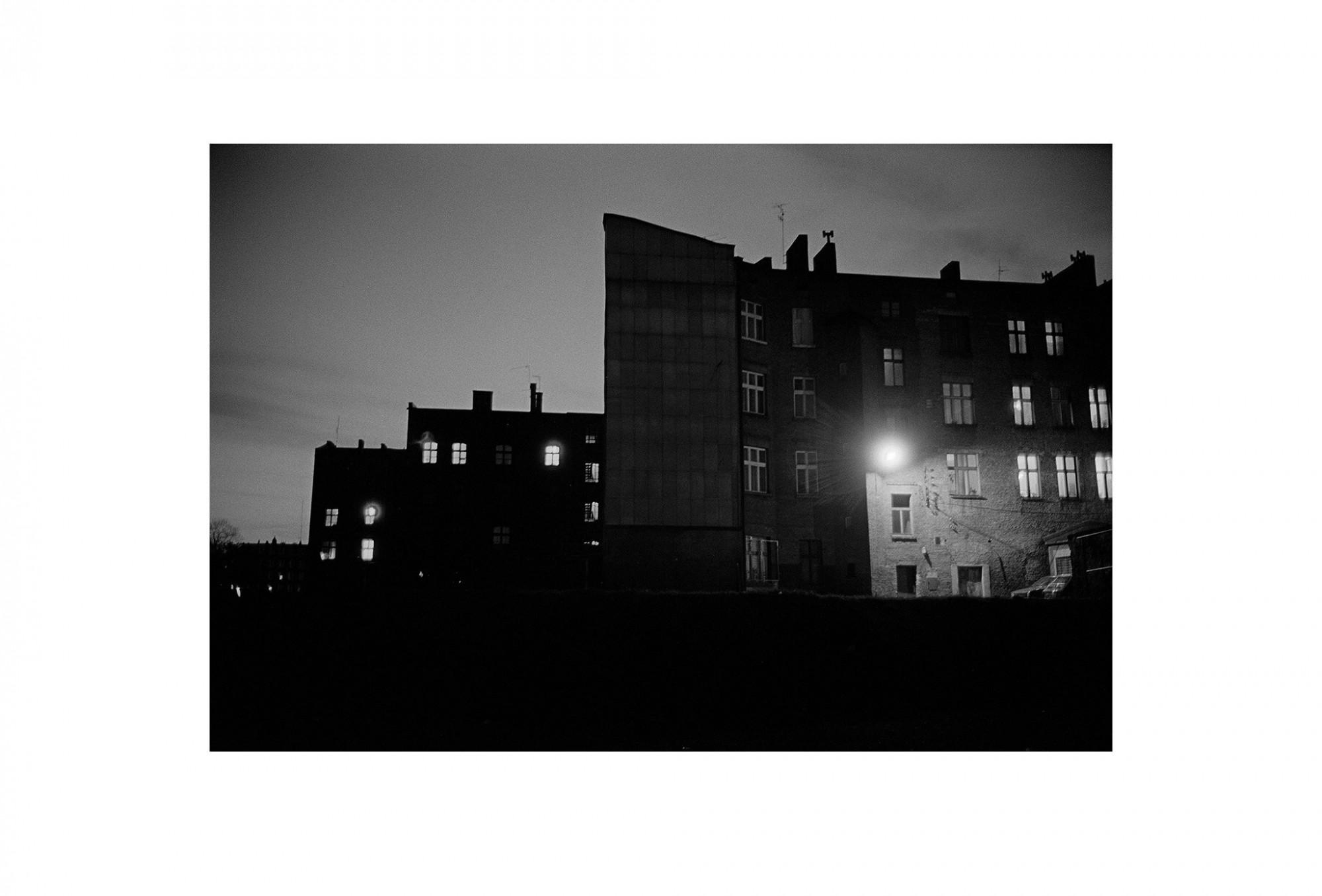 Afbeelding: Uit de reeks : Polen, een kast op glazen poten, 94-19-09, Krakow, © Dominique Van Huffel.