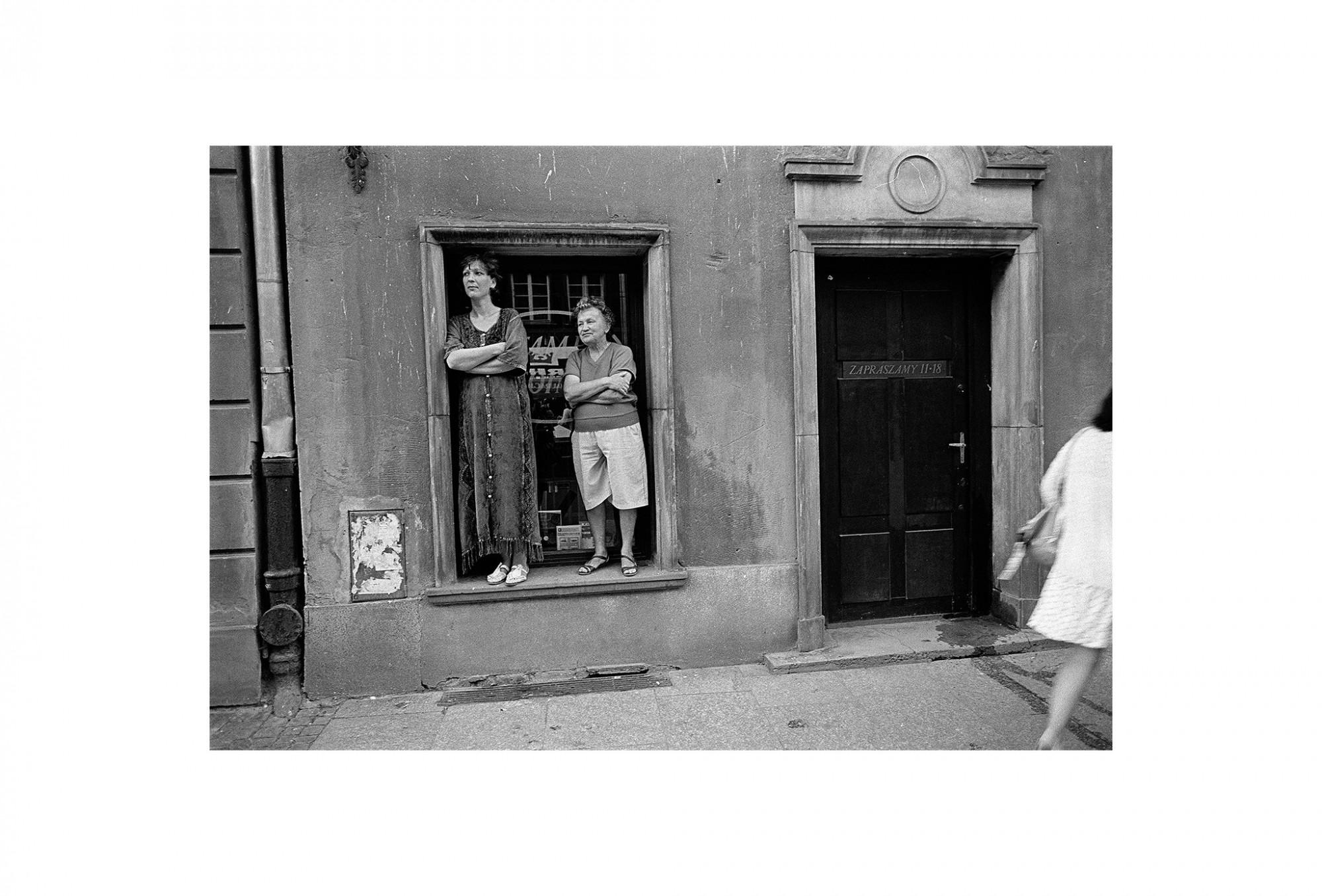 Afbeelding: Uit de reeks : Polen, een kast op glazen poten, 95-16-22, Gdansk,  © Dominique Van Huffel.