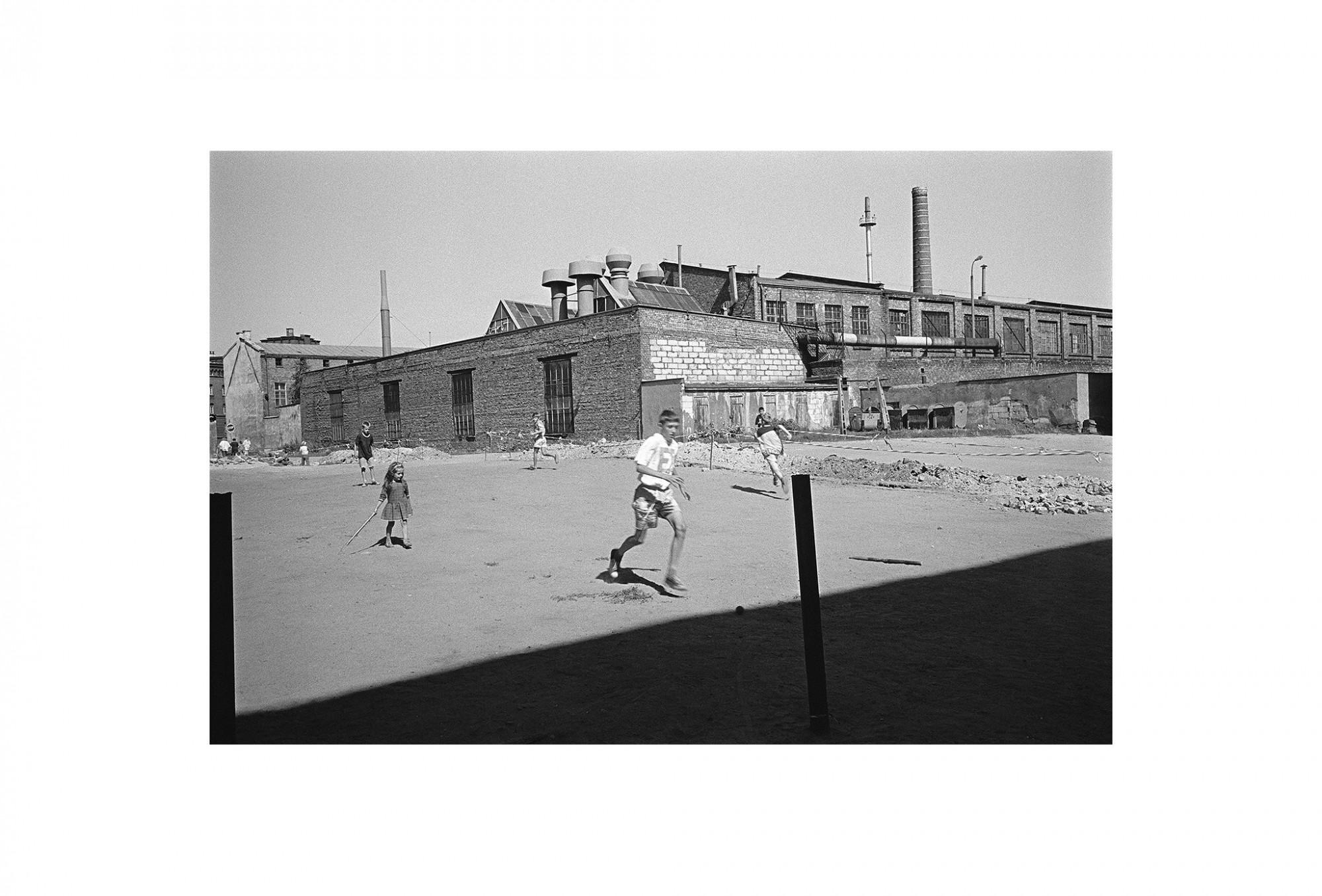 Afbeelding: Uit de reeks : Polen, een kast op glazen poten, 95-19-27, Gdansk,  © Dominique Van Huffel.