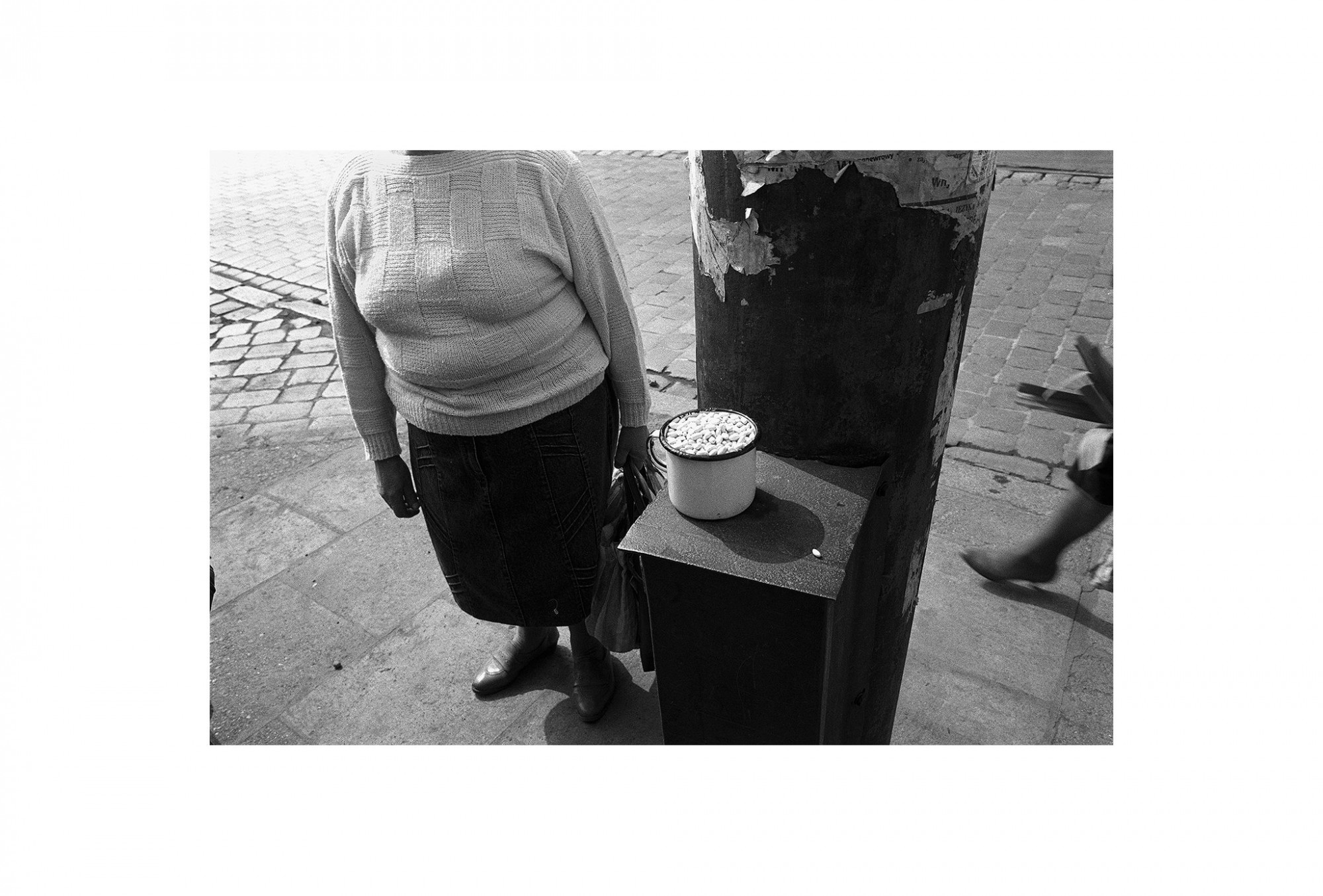 Afbeelding: Uit de reeks : Polen, een kast op glazen poten, 94-04-25,