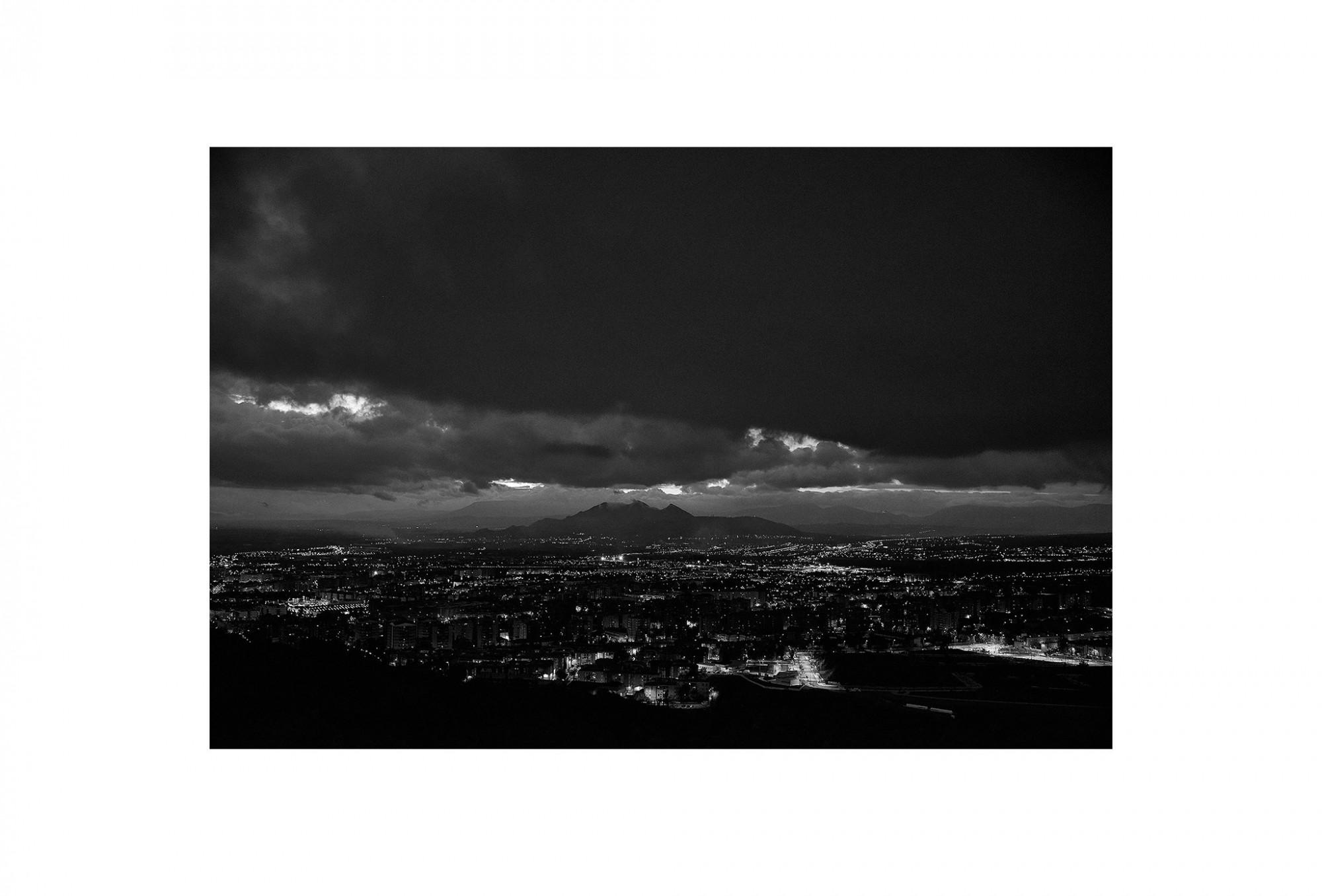Afbeelding: © Dominique Van Huffel landscape Spain, Granada by night, foto kunst zwart wit, landschapsfotografie.