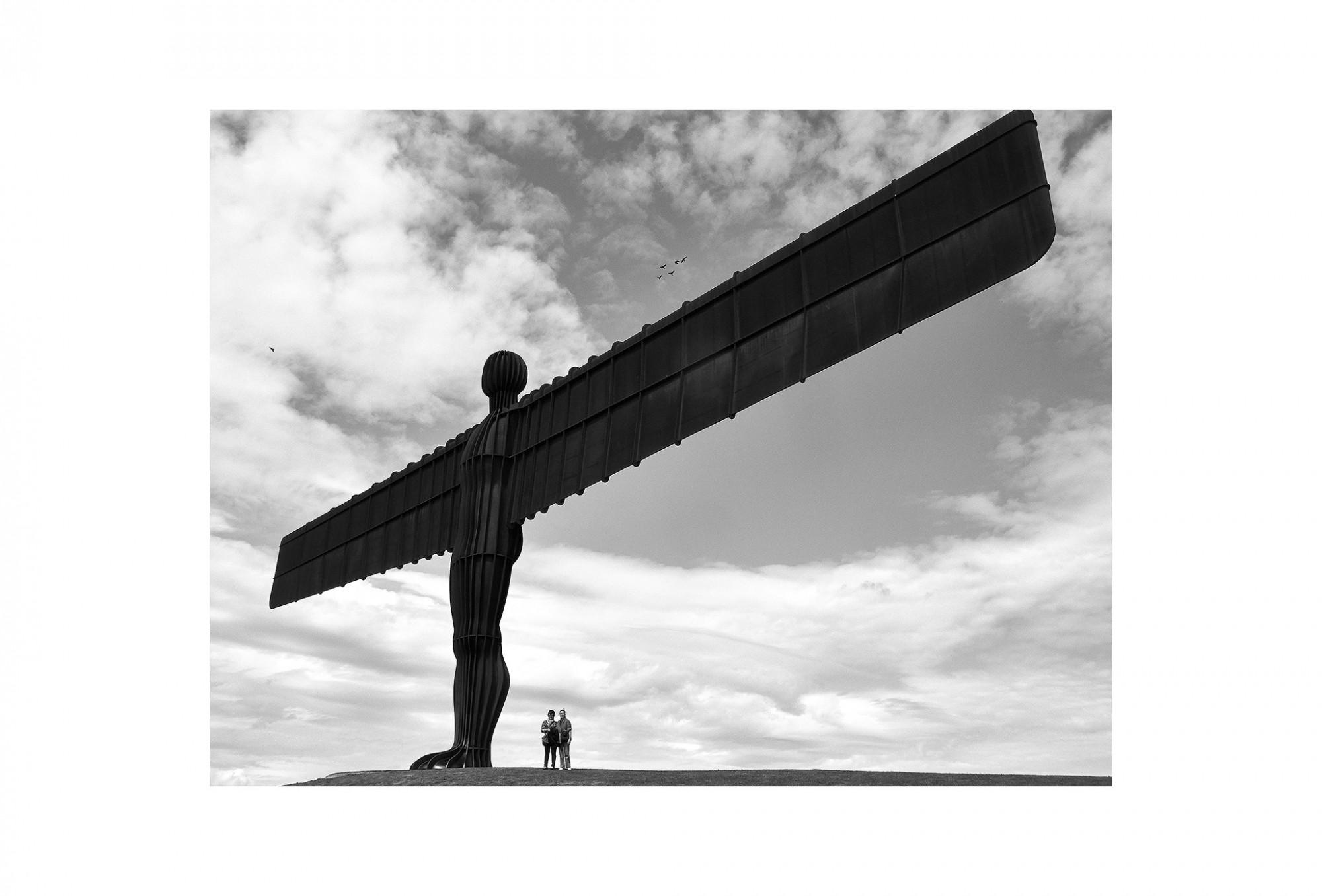 Afbeelding: Landscape England, Angel of the north © Anthony Gormley, © Dominique Van Huffel, foto kunst zwart wit, landschapsfotografie.