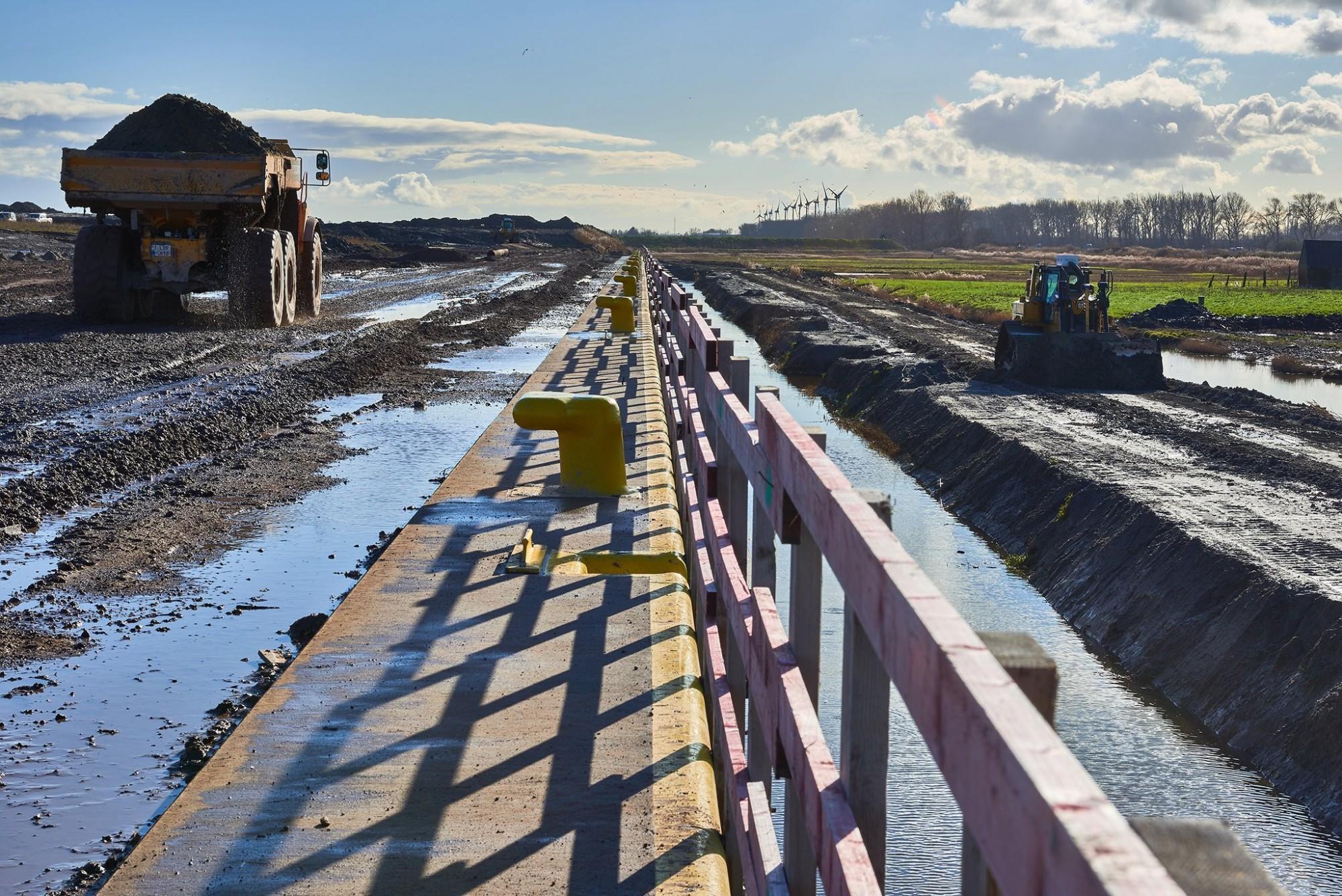 Afbeelding: Werffotografie, grondwerken aanleg dok Zeebrugge voor Lantis, Oosterweelverbinding, foto Van Huffel.