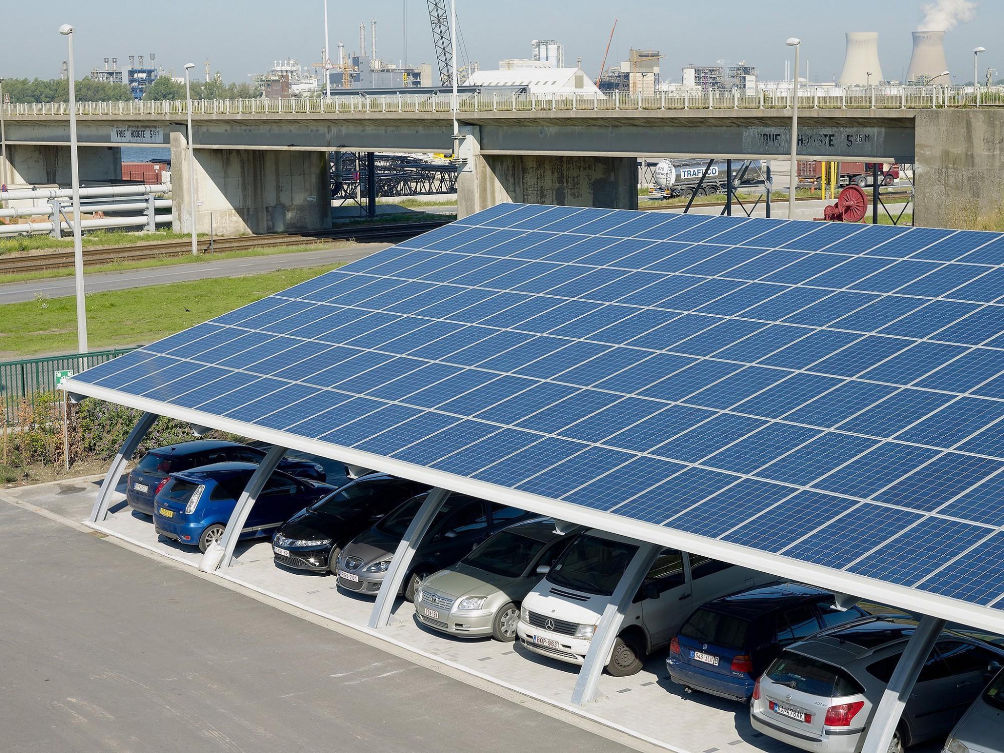 Afbeelding: Fotografie overdekte parking met zonnepanelen, Ivens haven Antwerpen, voor Bolckmans.