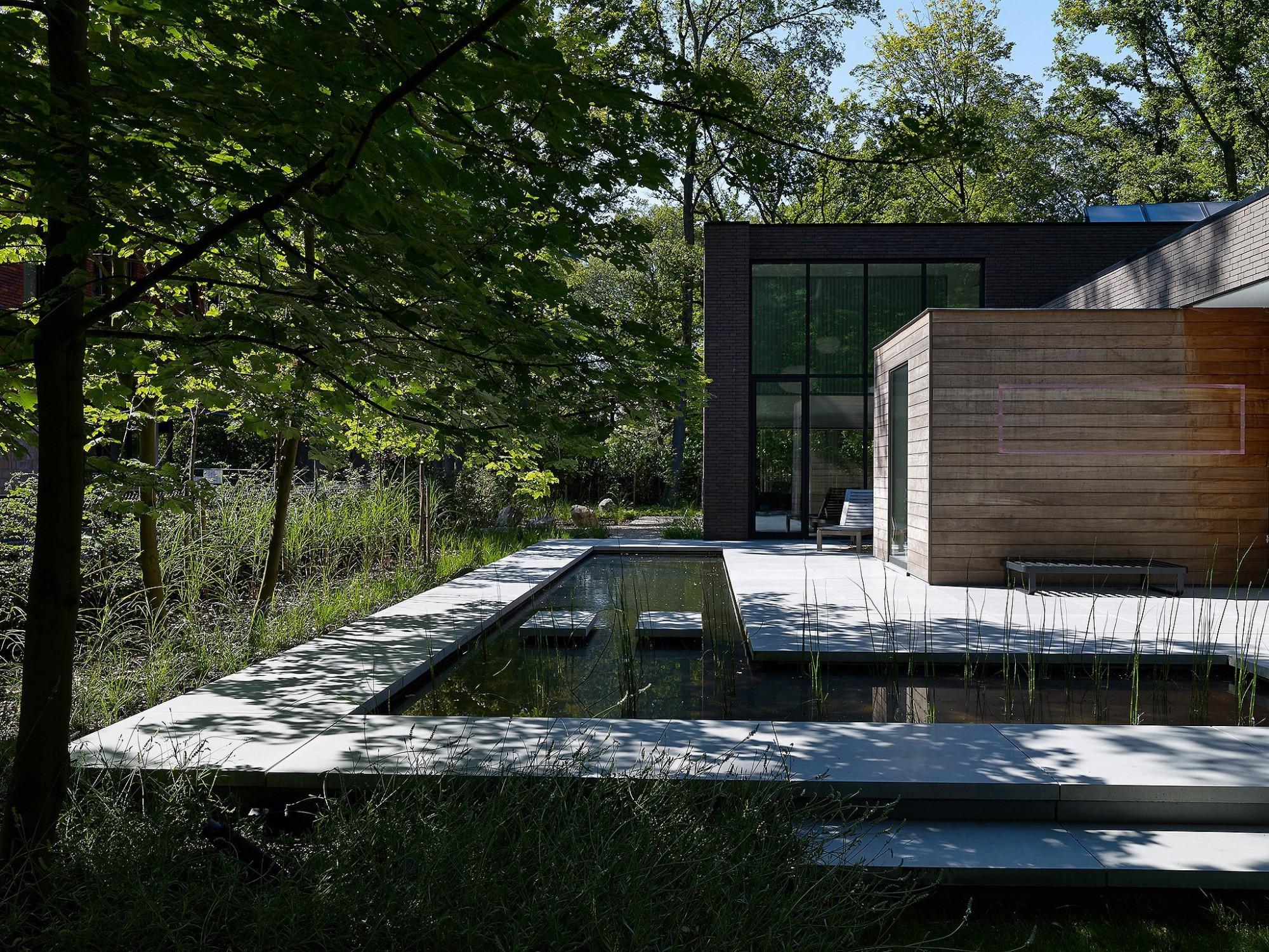Afbeelding: Fotografie tuin, vijver en tegels rond moderne woning te Brasschaat, terrastegels Stone&Style.