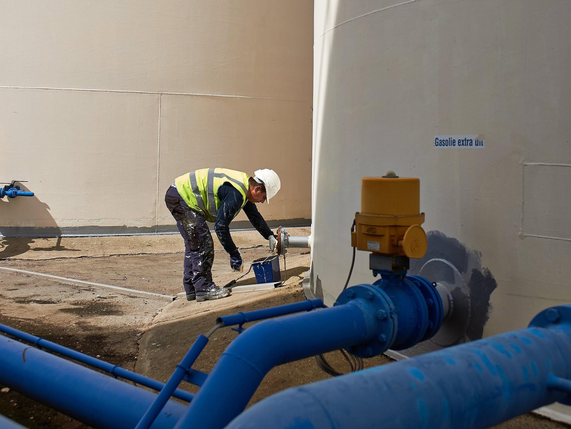 Afbeelding: Industriële fotografie voor Seurickx, herschilderen van petroleum opslagtanks.