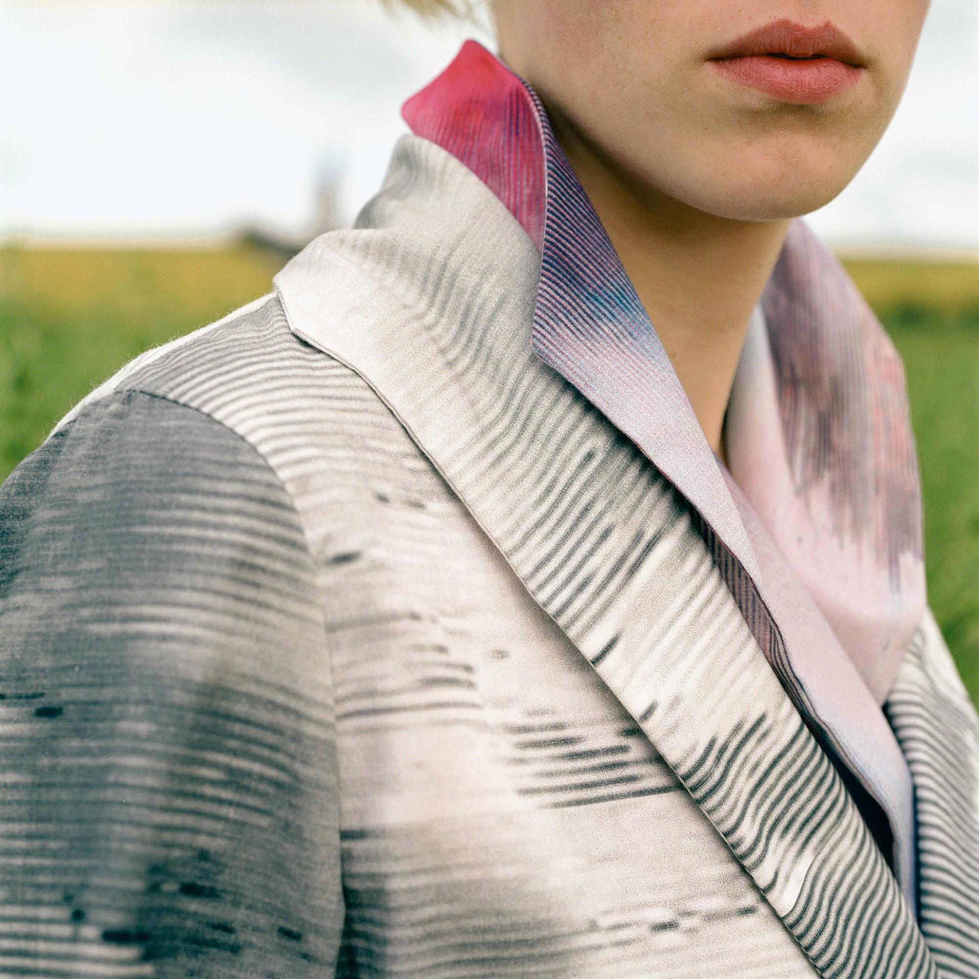 Afbeelding: Mode fotografie bedrukt textiel foto Van Huffel, locatie Wissant, voor © Anita Evenepoel.