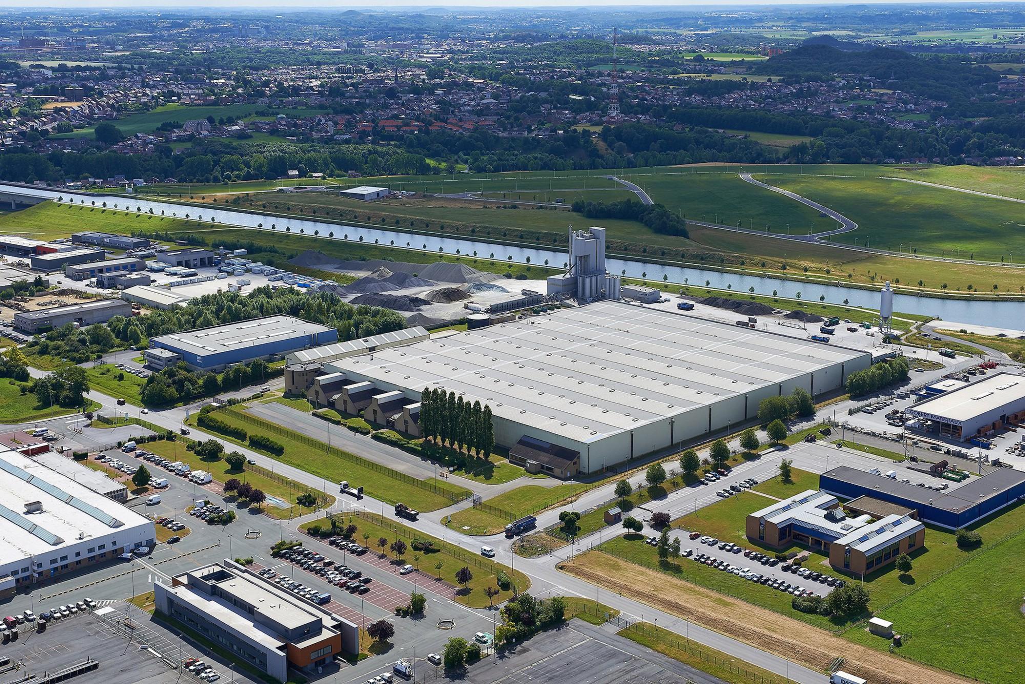 Afbeelding: Fotografie industriebouw-magazijn met heli te Strepy.