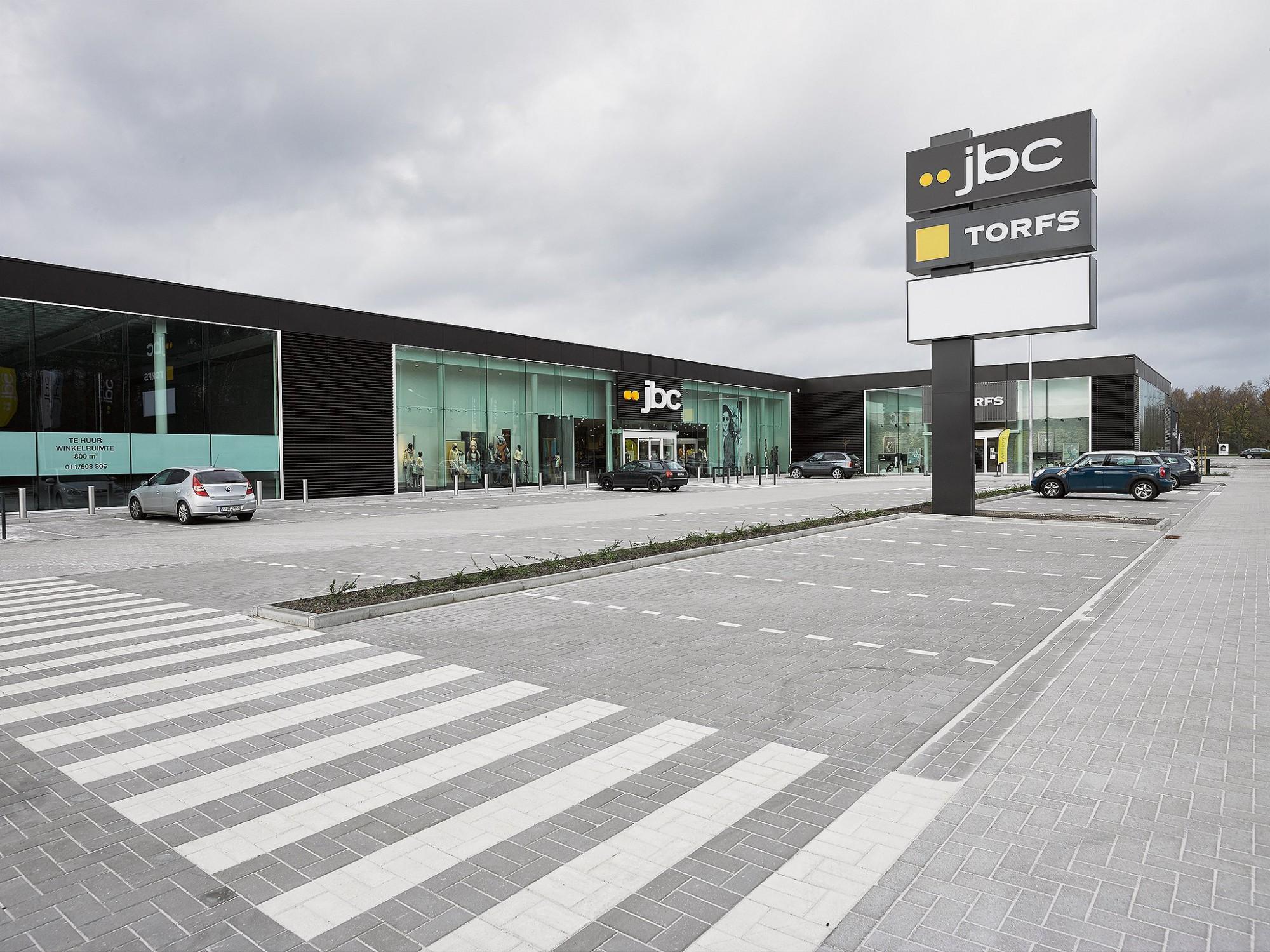 Afbeelding: Architectuur fotografie totaal infrastructuur - parking, winkel centrum Zoersel, voor Mertens architecten.