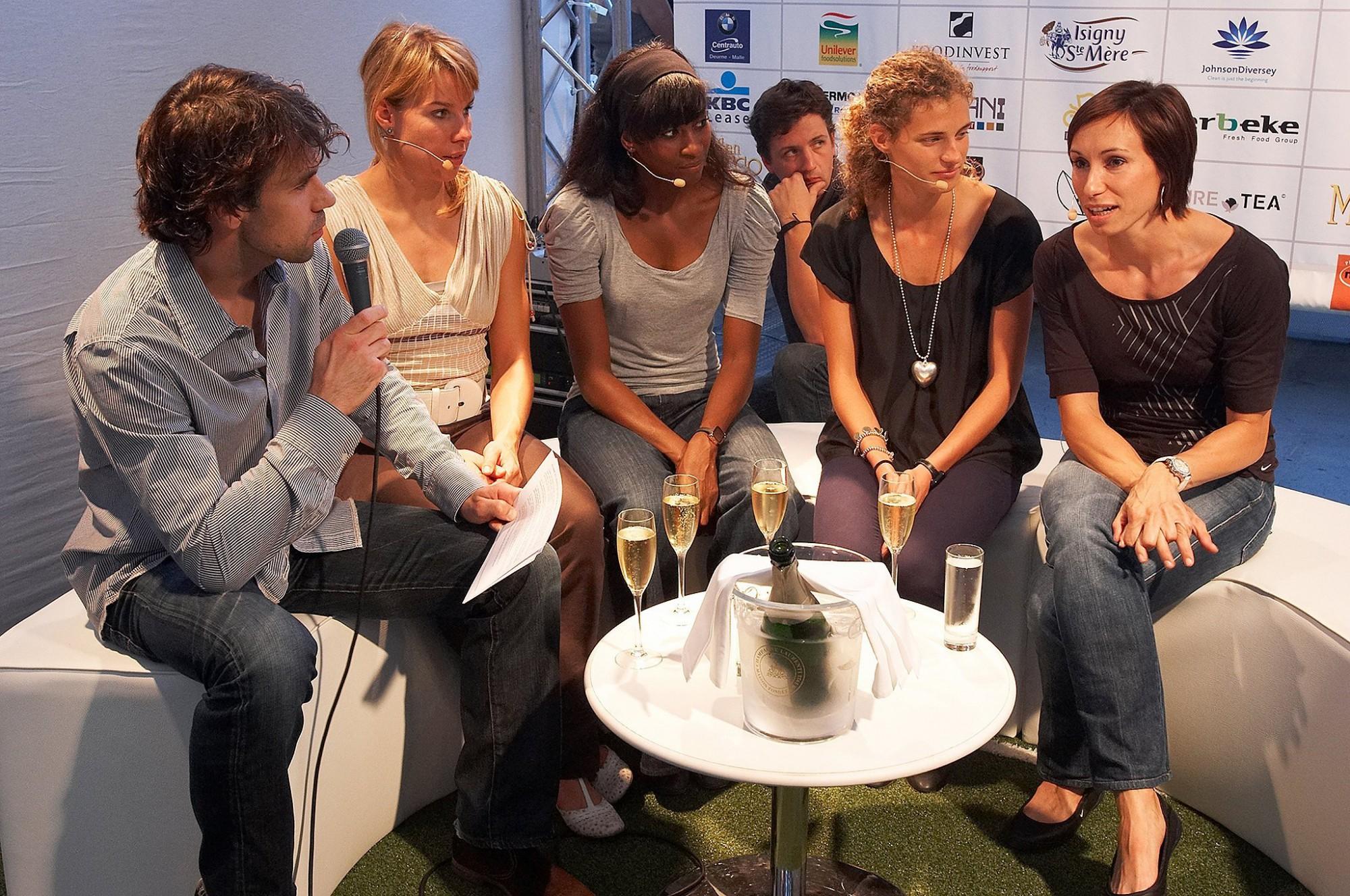 Afbeelding: Event fotografie op food beurs te Brussel, het Belgische gouden 4 x 100 meter team in gesprek.