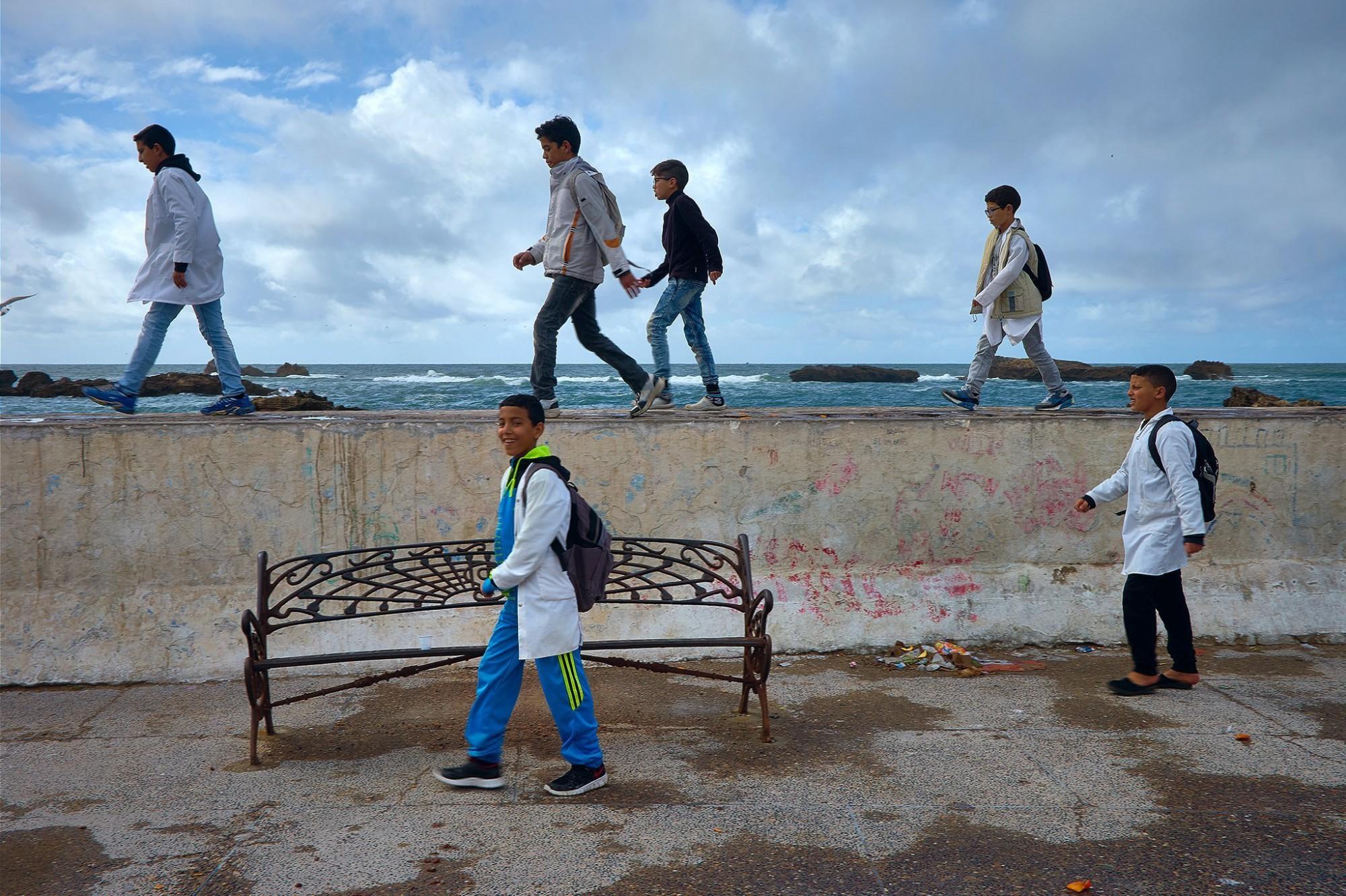Afbeelding: Naar de school over de zeedijk, Essaouira, Marokko. Reisreportages fotografie, databank met meer als 150.000 beelden.