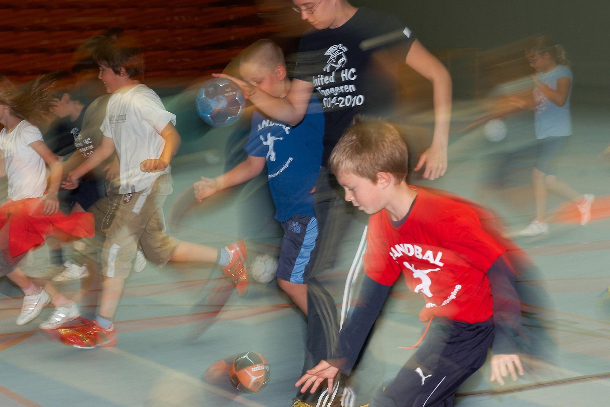 Afbeelding: Bedrijfsreportage fotografie voor Sportoase, training handbal sport grote zaal Tongeren.