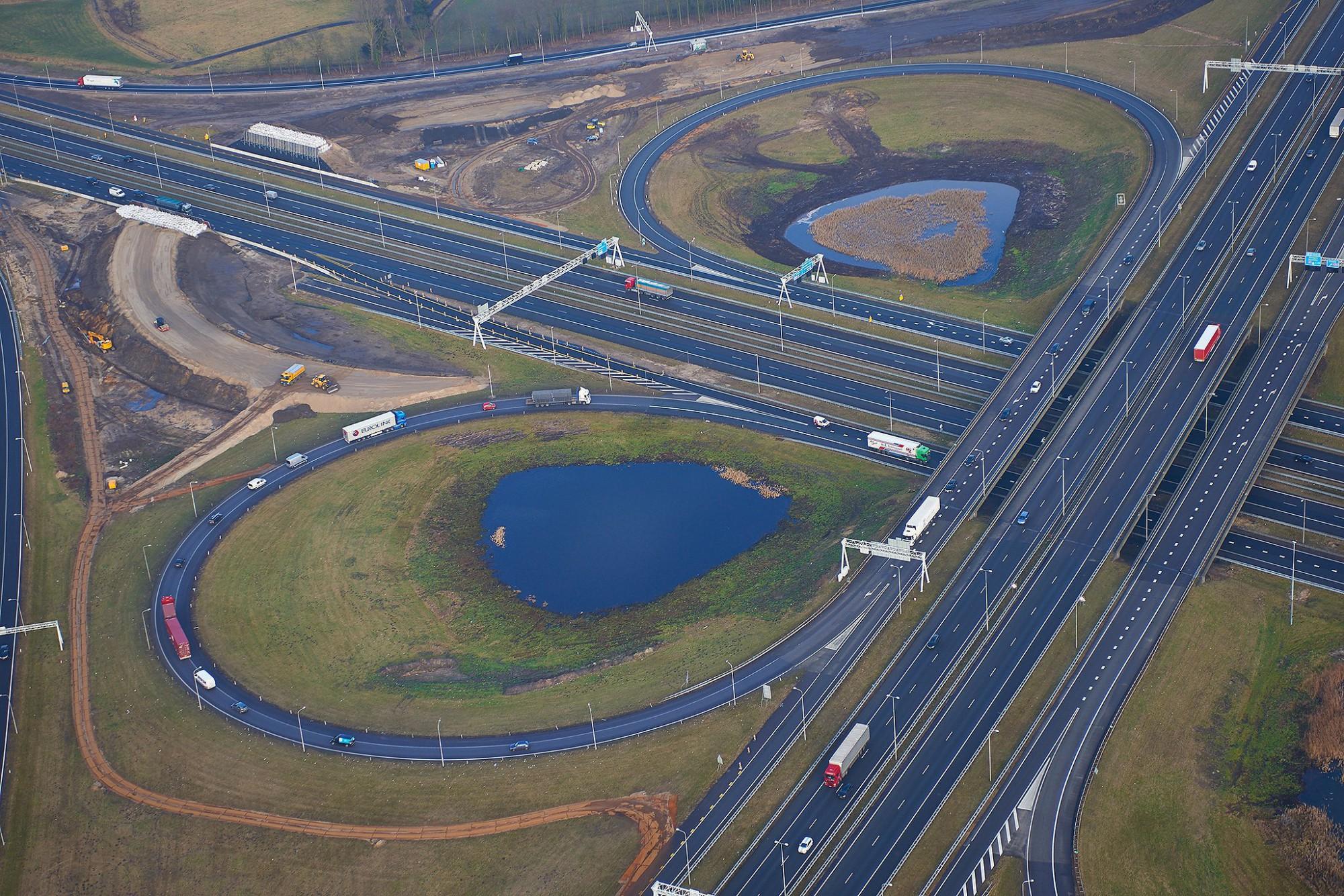 Afbeelding: Luchtfotografie met heli, infrastructuur werken wegenbouw, landschapsfotografie foto Van Huffel.