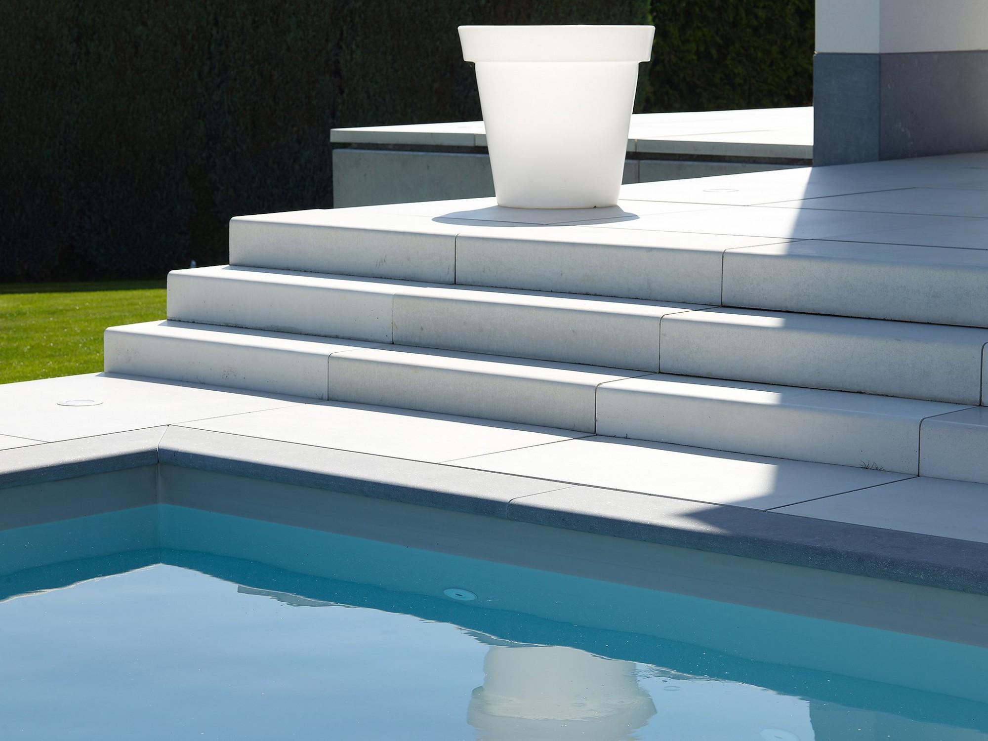Afbeelding: Fotografie van zwembaden en betonproducten als tegels en traptreden.
