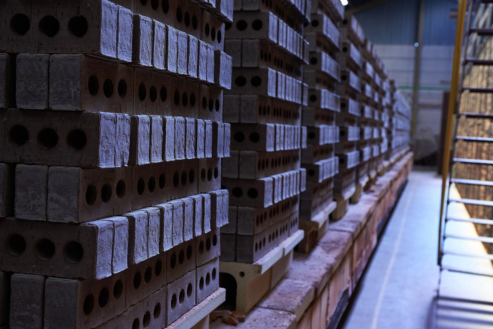 Afbeelding: Industriële reportage , steen klaar voor het bakken in de oven, steenbakkerij Floren.
