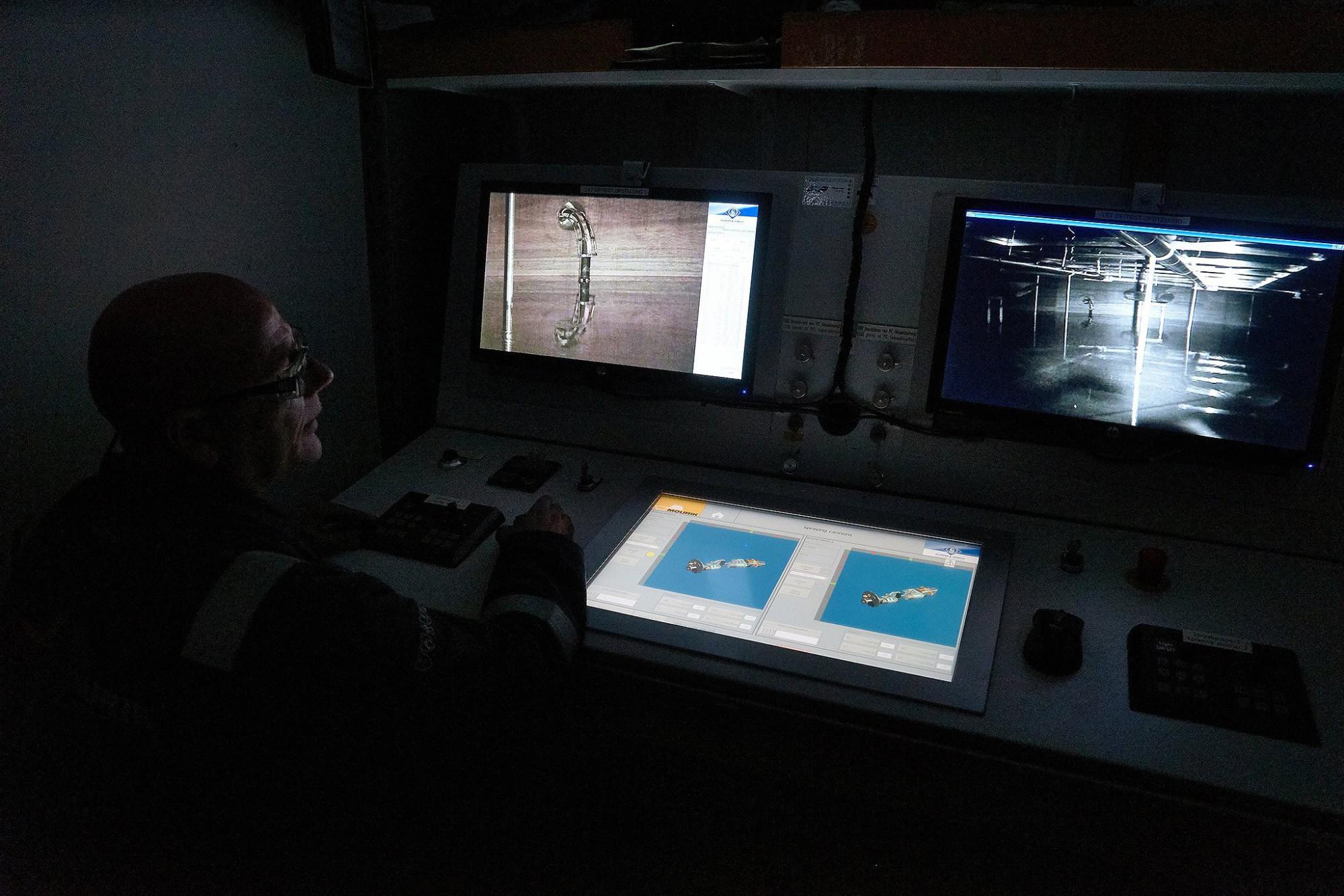 Afbeelding: Industriële reportage Foto Van Huffel, controle kamer cleaning containers haven Gent, voor Mourik.