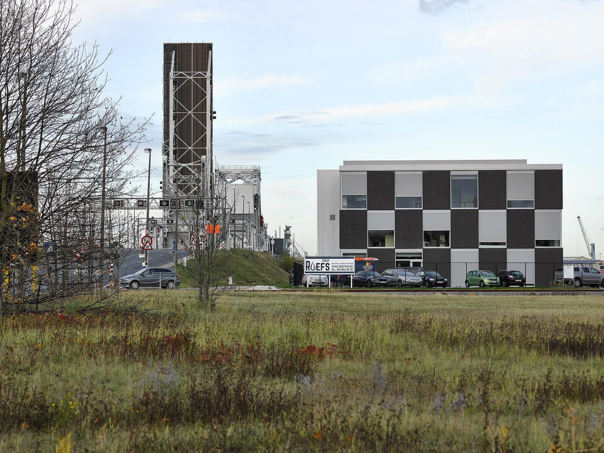 Afbeelding: Architectuur fotografie industrie, kantoor haven Antwerpen, voor Mertens architecten.