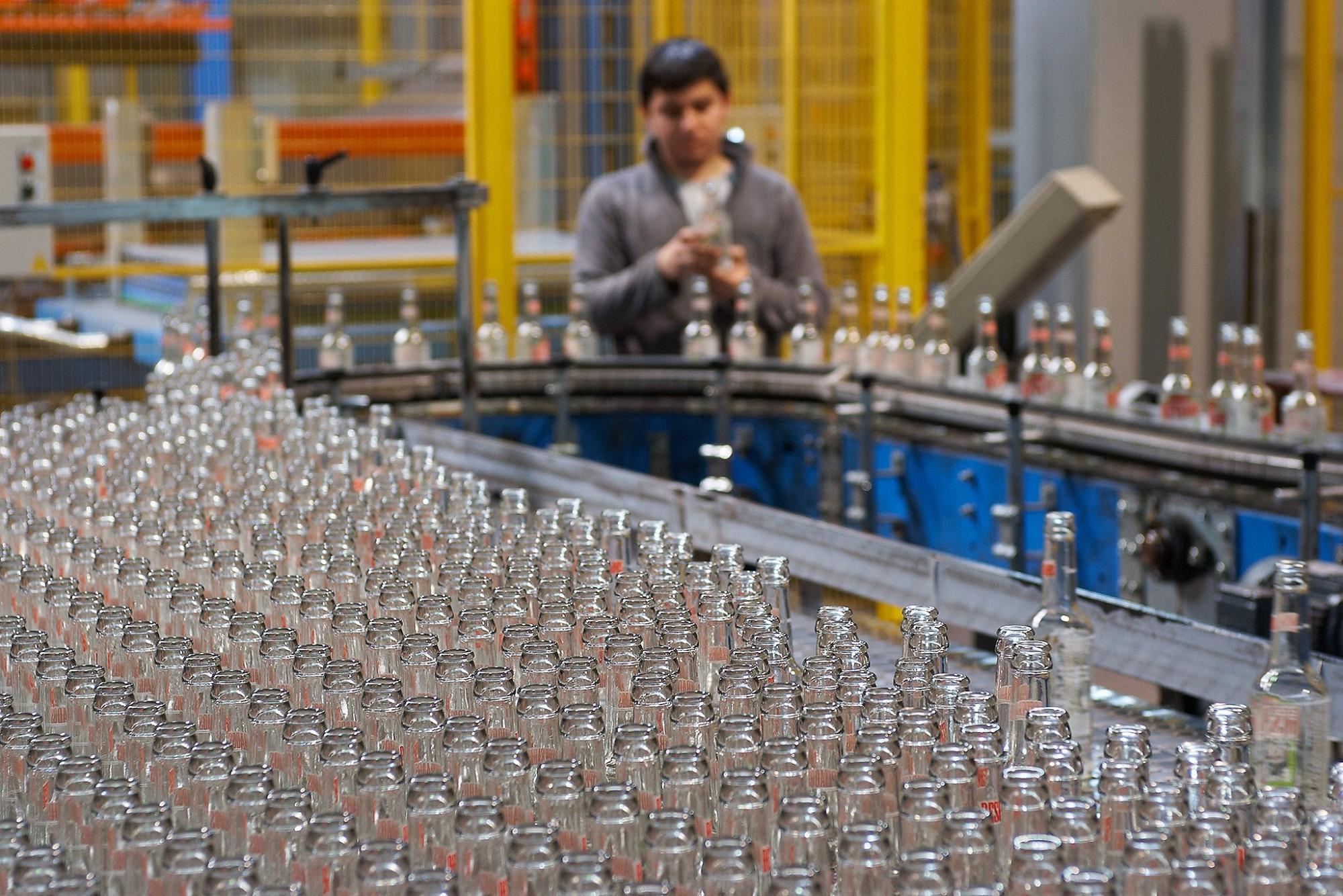 Afbeelding: Bedrijfsreportage fotografie van Decoprint, het bedrukken van glas en flessen.