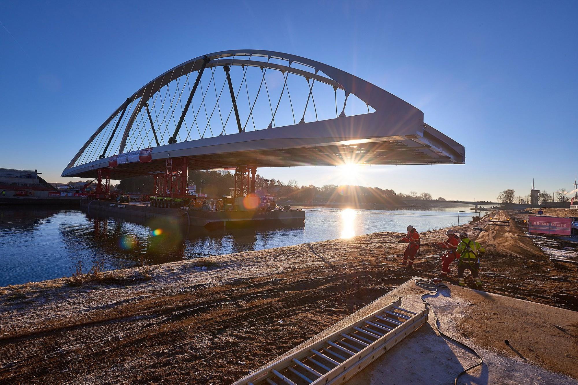 Afbeelding: Werf fotografie plaatsing brug over Albertkanaal door Stadsbader.
