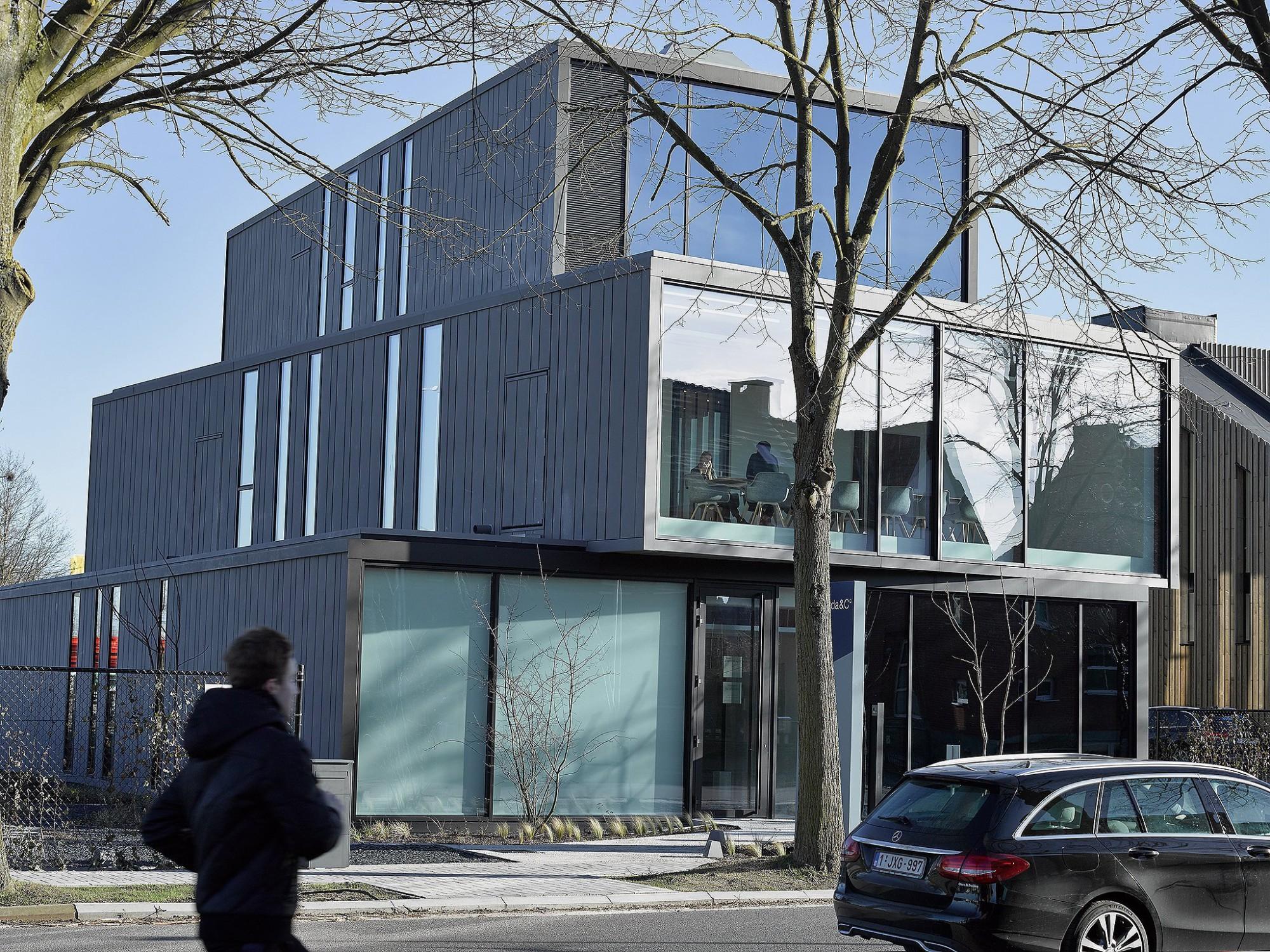 Afbeelding: Architectuur fotografie bankgebouw, Bank J Van Breda Hasselt, voor bouwbedrijf Menbo.