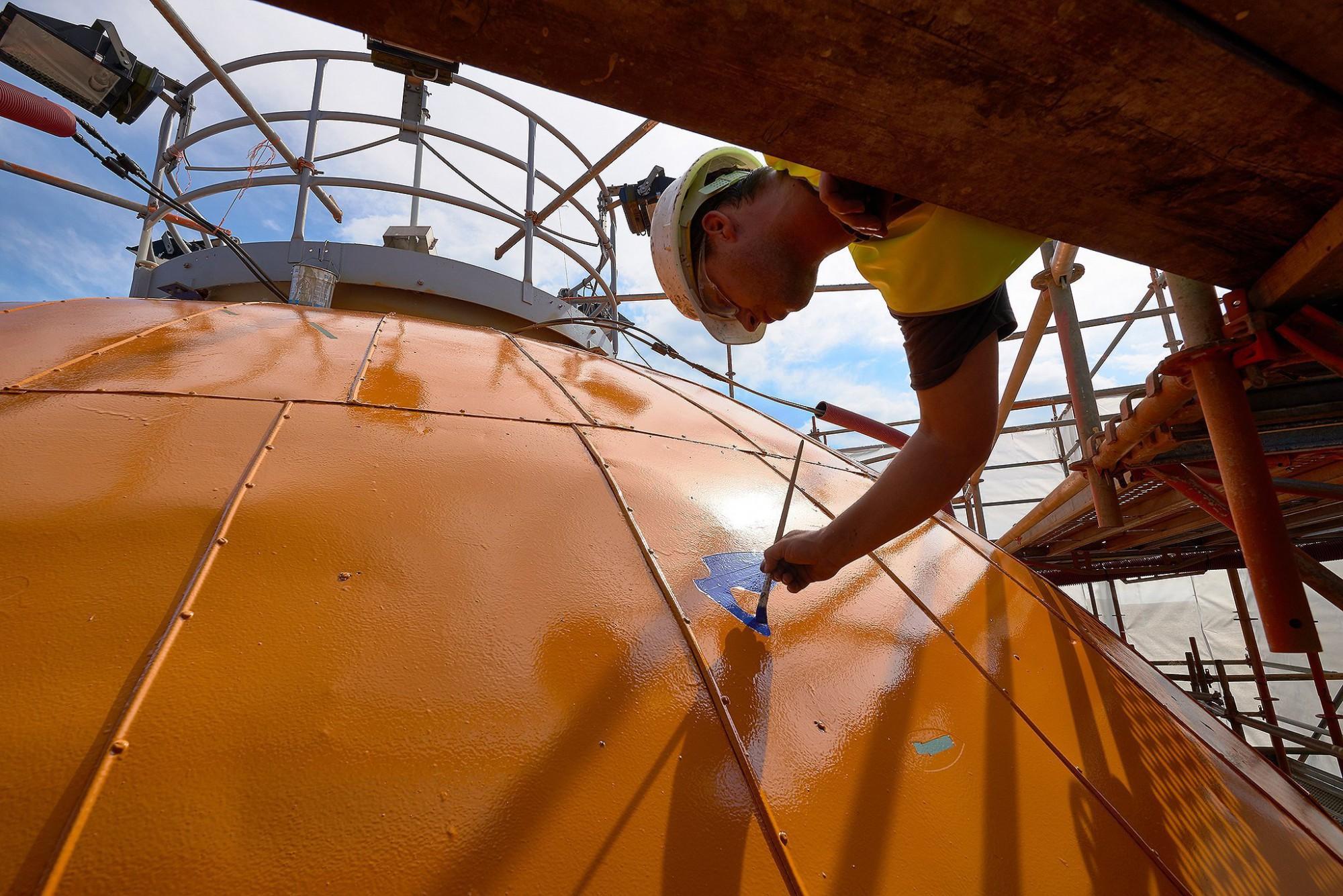 Afbeelding: Industriële fotografie voor AIS, schilderen van de wereldbol op een watertoren.