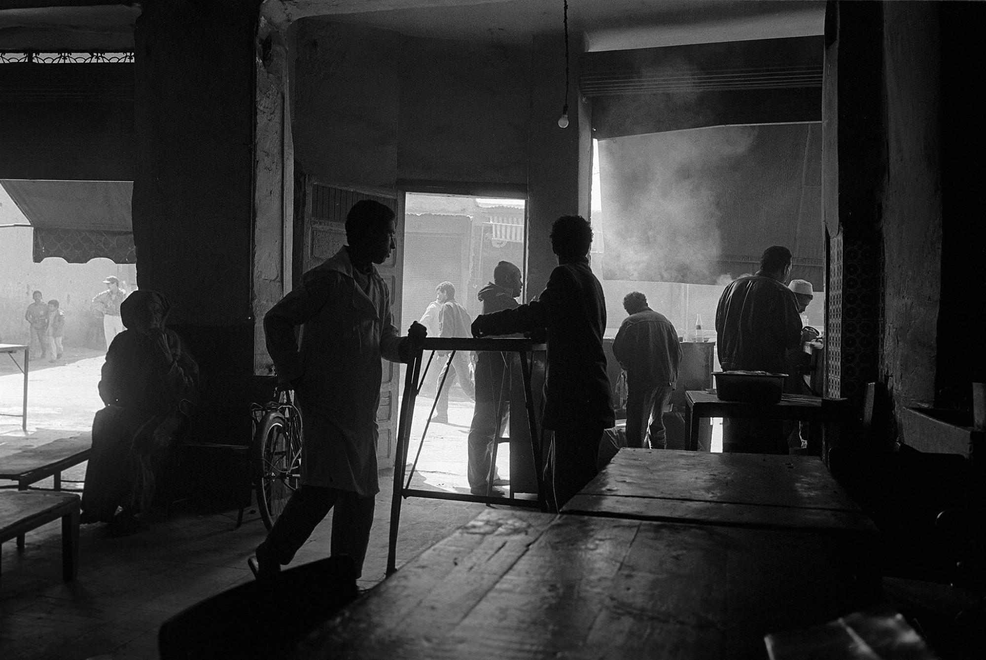 Afbeelding: ART- Fotografie © Dominique Van Huffel, uit de reeks: De kleur van zwart. Restaurant, Marrakech, Marokko.