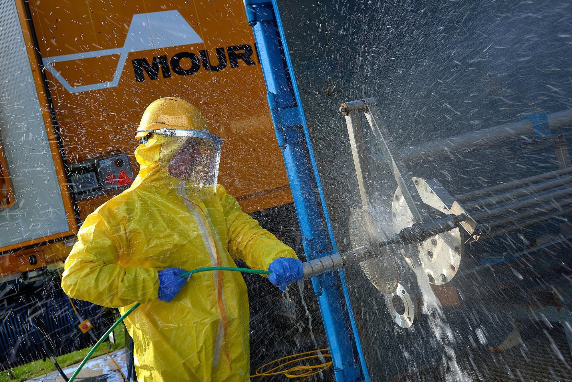 Afbeelding: Industriële reportage, kuisen-onderhoud van flenzen in de haven, voor Mourik.
