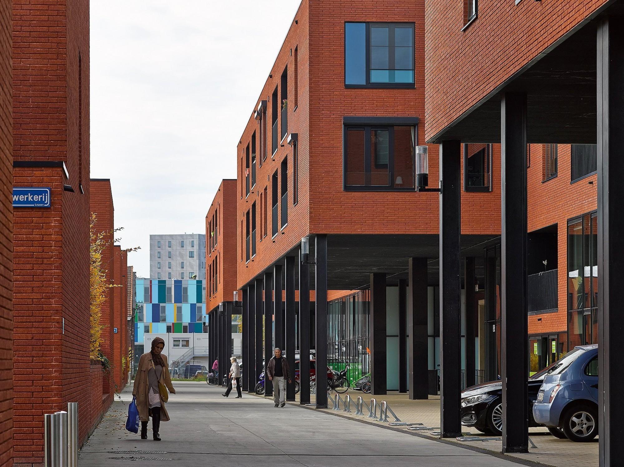 Afbeelding: Architectuur fotografie, woon-en winkelcomplex Centrale werkplaatsen te Kessel-Lo, voor groep Van Roey. Architectuurfotograaf Foto Van Huffel.