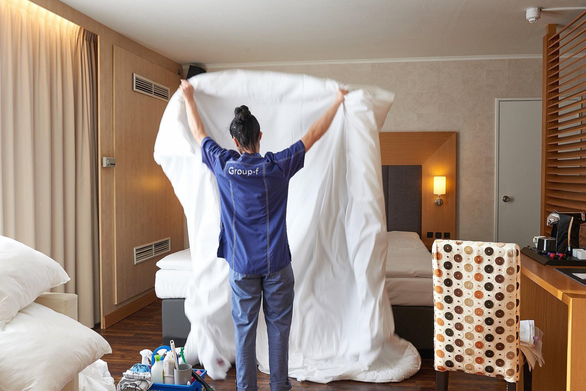 Afbeelding: Bedrijfsfotografie voor Group-F, opkuisen van een hotelkamer.