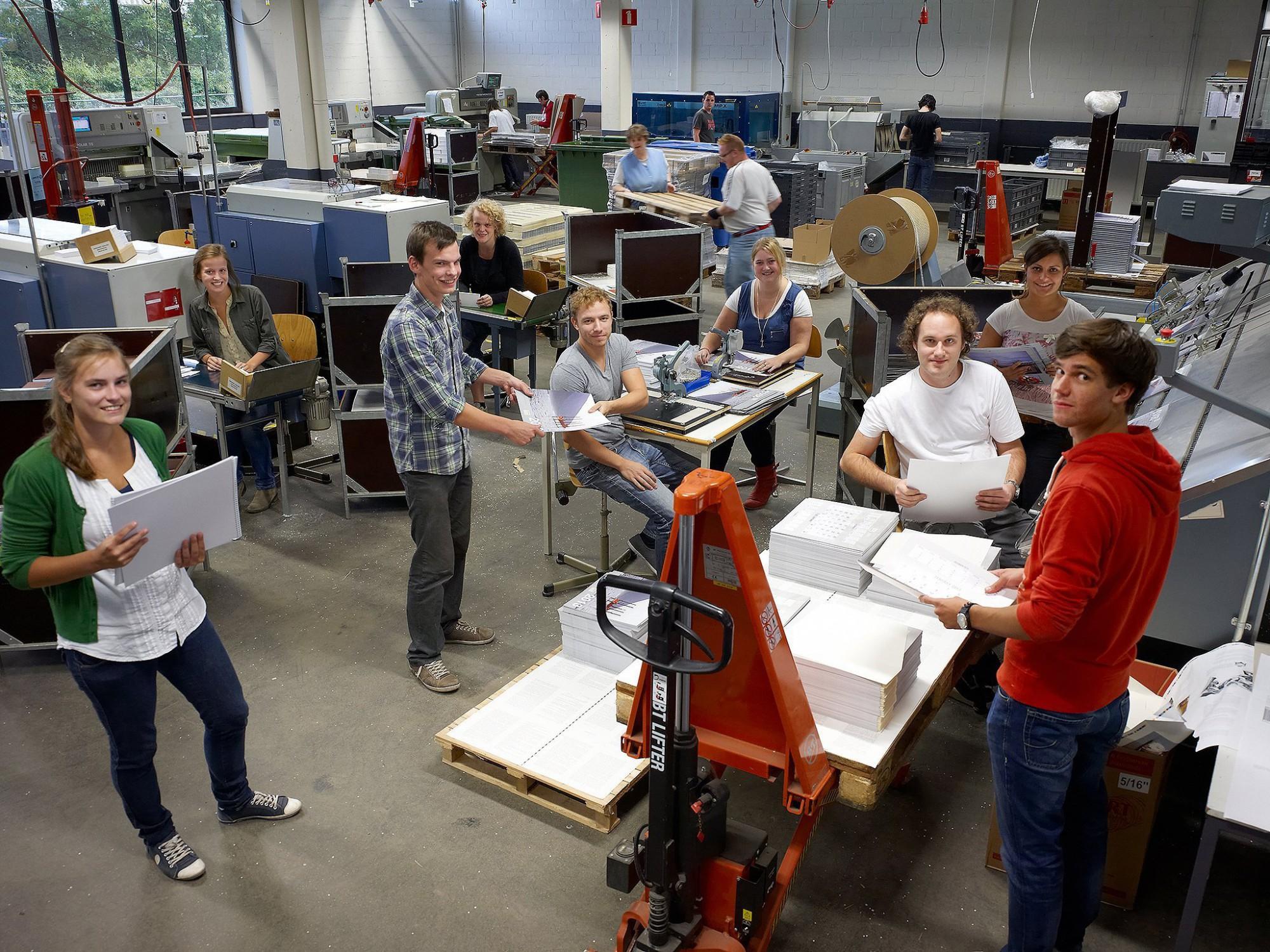 Afbeelding: Bedrijfsfotografie voor Amival Turnhout, jobstudenten aan het werk in het atelier.